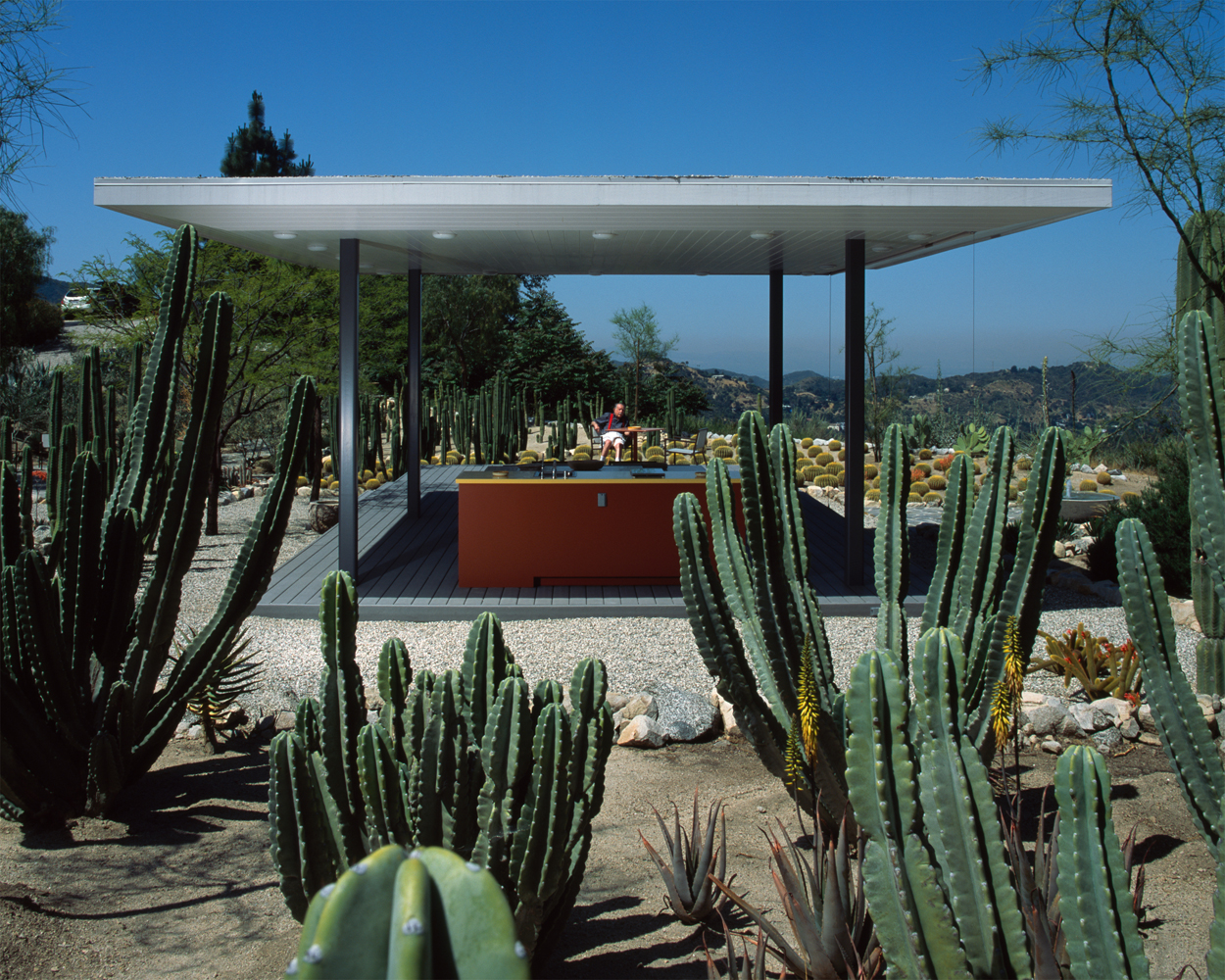 Julius Shulman with Pavilion in Pasadena, CA. 2004 Roger White, architect