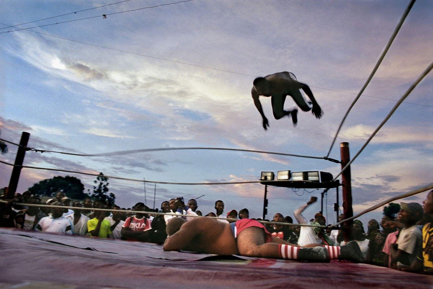 The fights are usually held outdoors, in open spaces, and draw crowds of anywhere from a few dozen to several hundred fans.