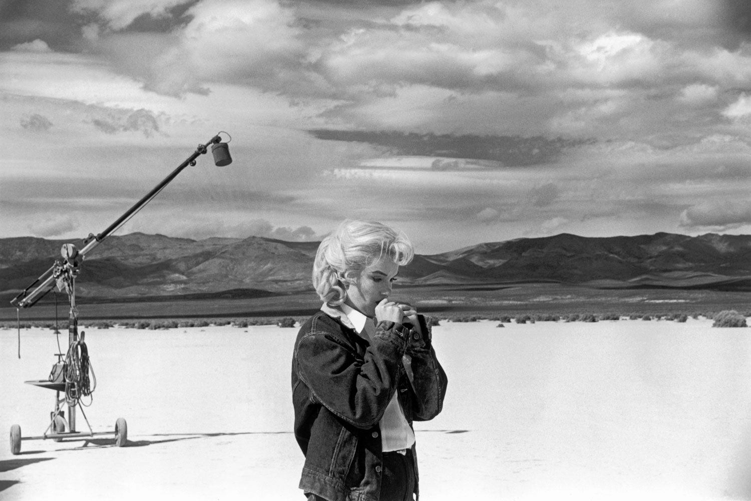 Marilyn Monroe in the Nevada desert going over her lines for a difficult scene she is about to play with Clarke Gable in the film  The Misfits  by John Huston. 1960.