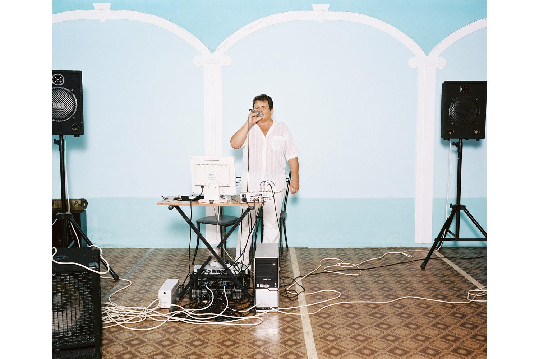 Sergey Ivanov sings Zelenoglazoe taksi ( Green taxi )                               Zhemchuzhina restaurant, Novomikhailovsky.
