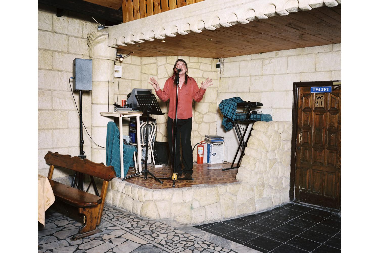 Sasha Savchuk sings Nu vot i vse ( And that's all )                               Raduga restaurant, Khosta.