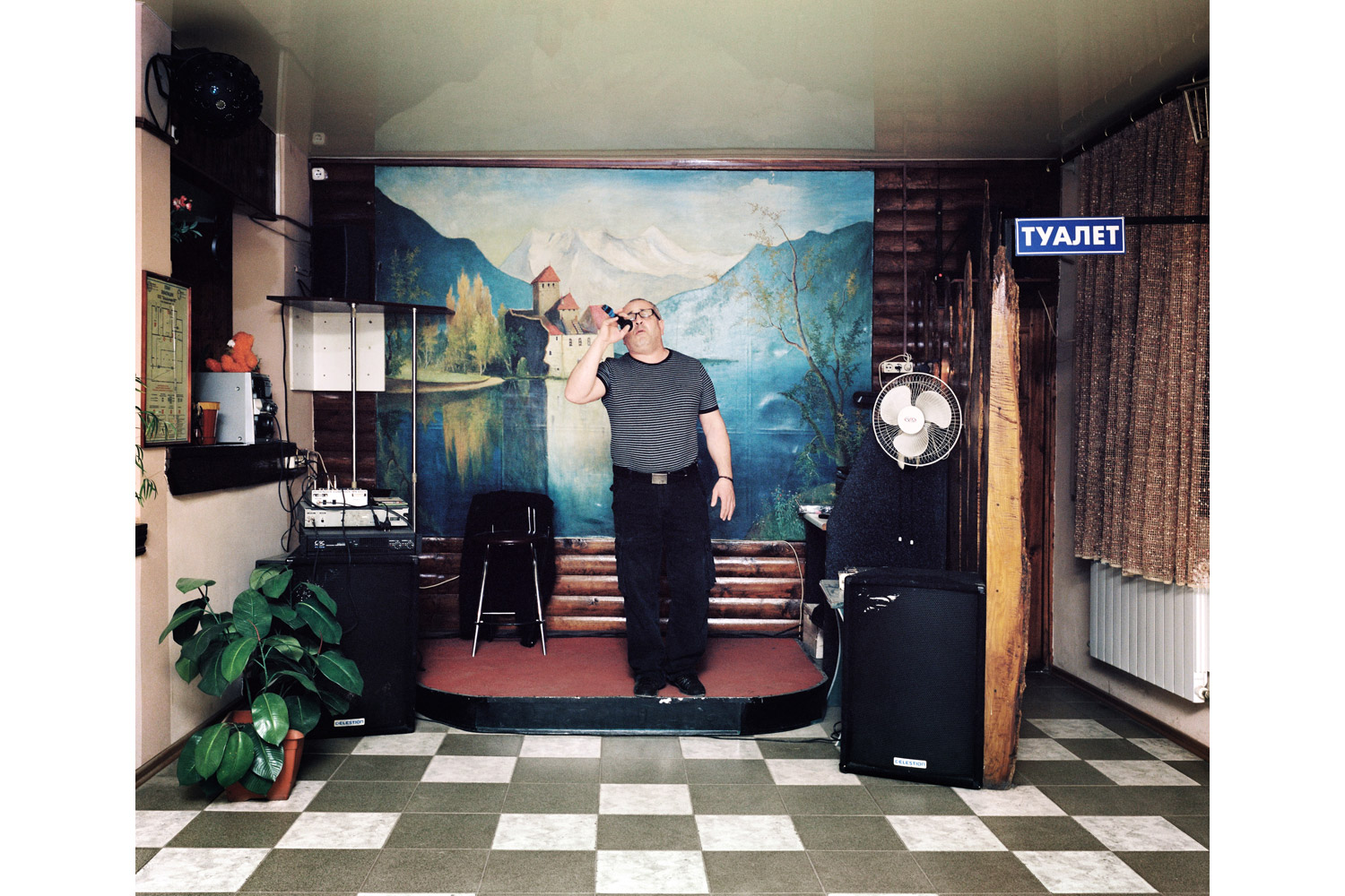 [The photographs in this gallery are selections from Rob Hornstra's Sochi Singers]                                                              Giorgi sings A dlya vas ya nikto ( But for you I am nobody )                               Yug restaurant, Kudepsta.