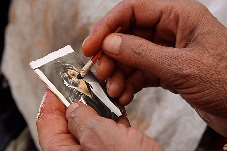Qalam Nabi tints a photograph.