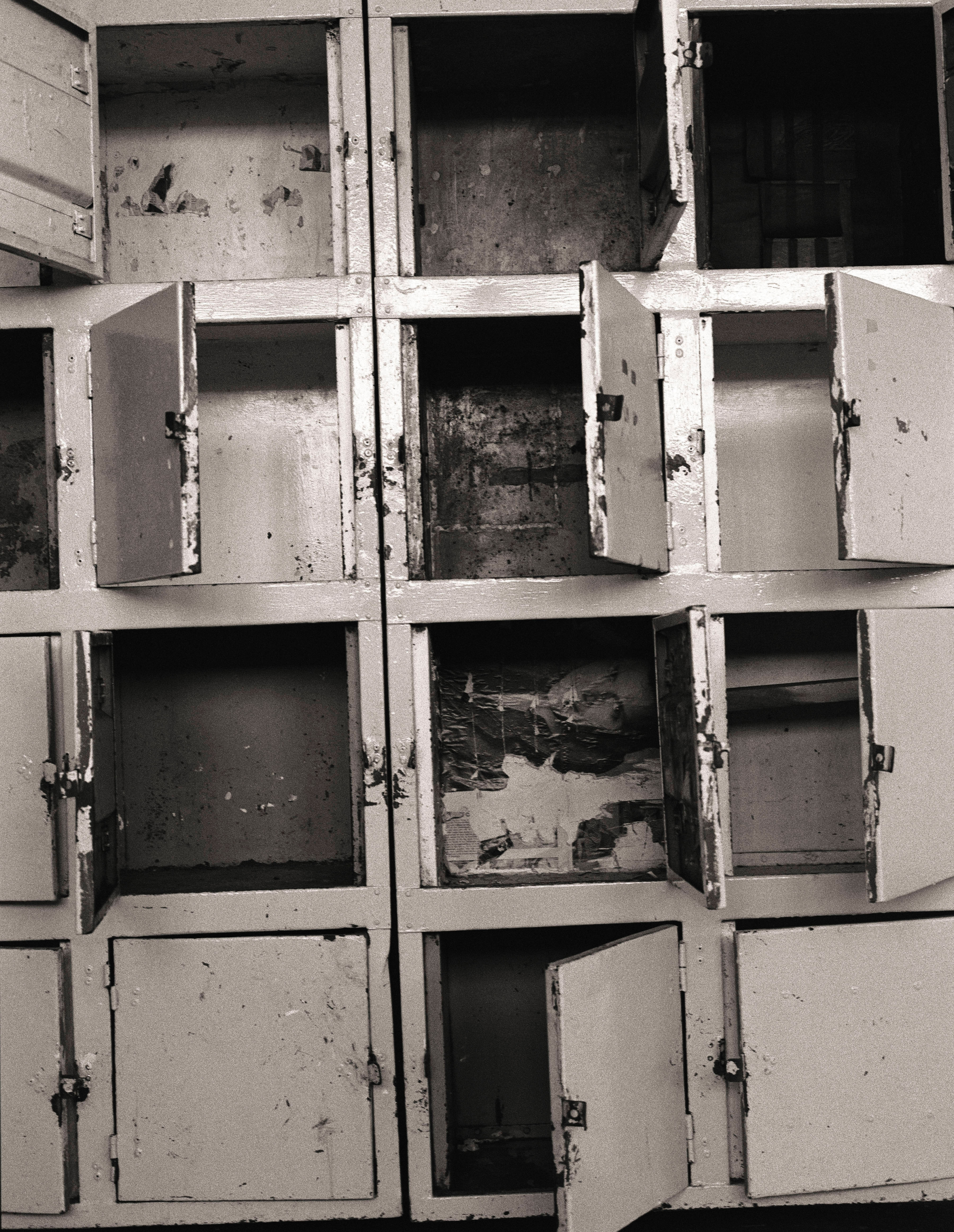 A bank of lockers in the large communal cell provided storage for prisoners' possessions.                                                                                             1992
