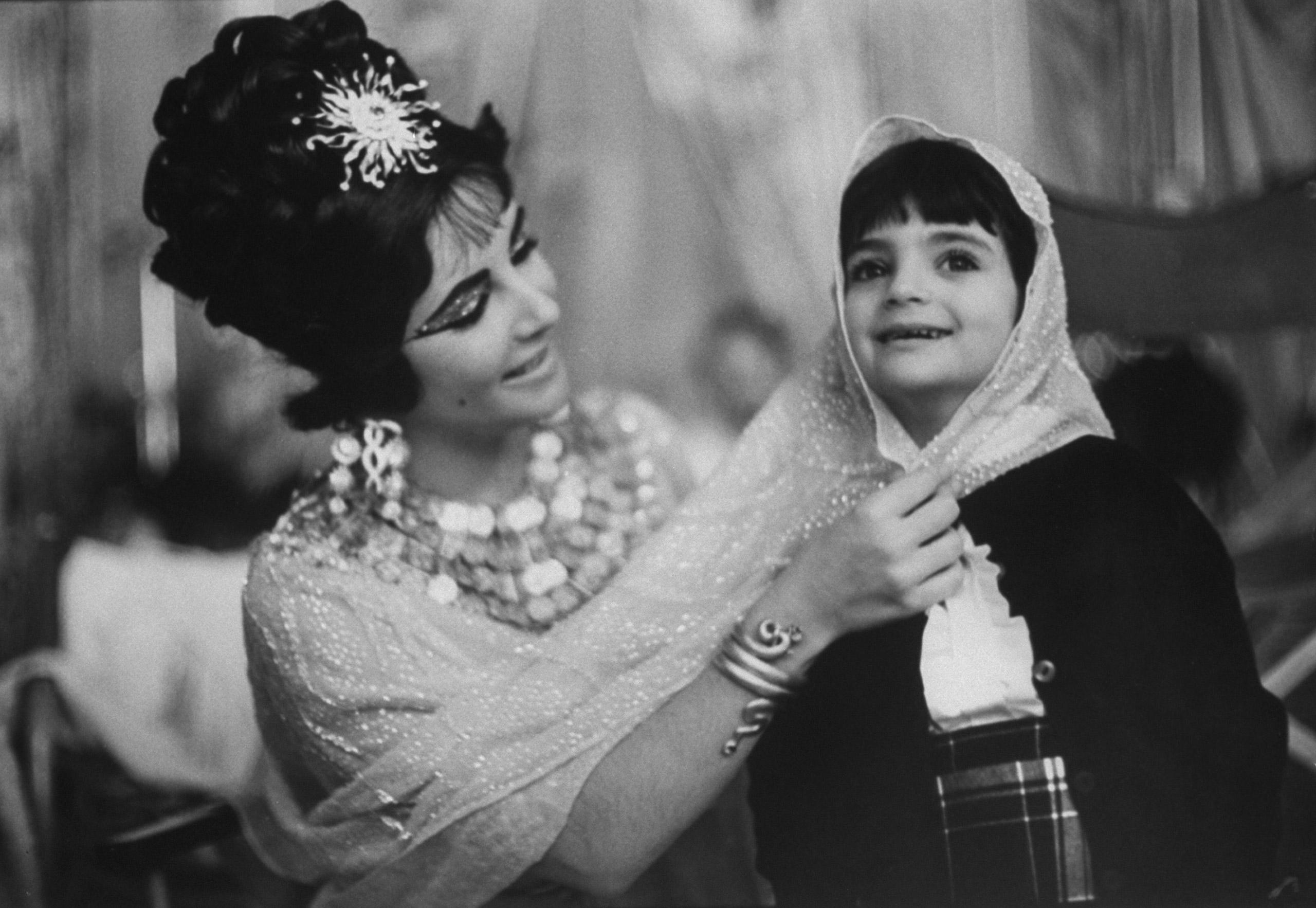 Elizabeth Taylor on the set of <i>Cleopatra</i> with her daughter, Elizabeth Frances, in Rome in 1962.