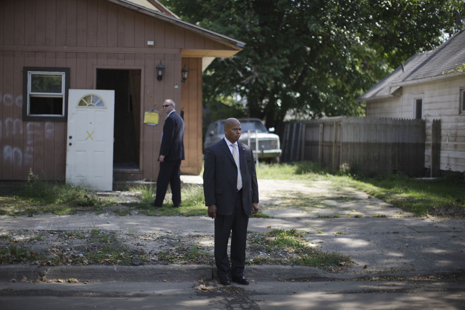 A Secret Service agent stands in the street as Republican presidential candidate John McCain and his running mate Sarah Palin tour a previously flooded neighborhood in Cedar Rapids, Iowa, Sept. 18, 2008.