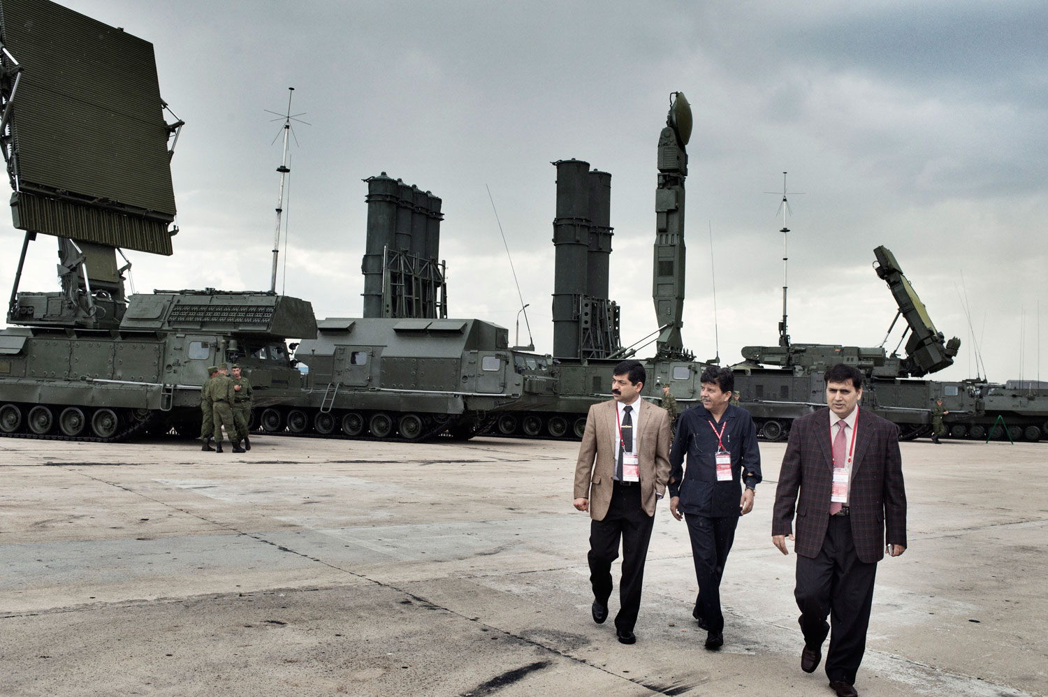 Delegates from Pakistan walk among Russian military equipment.