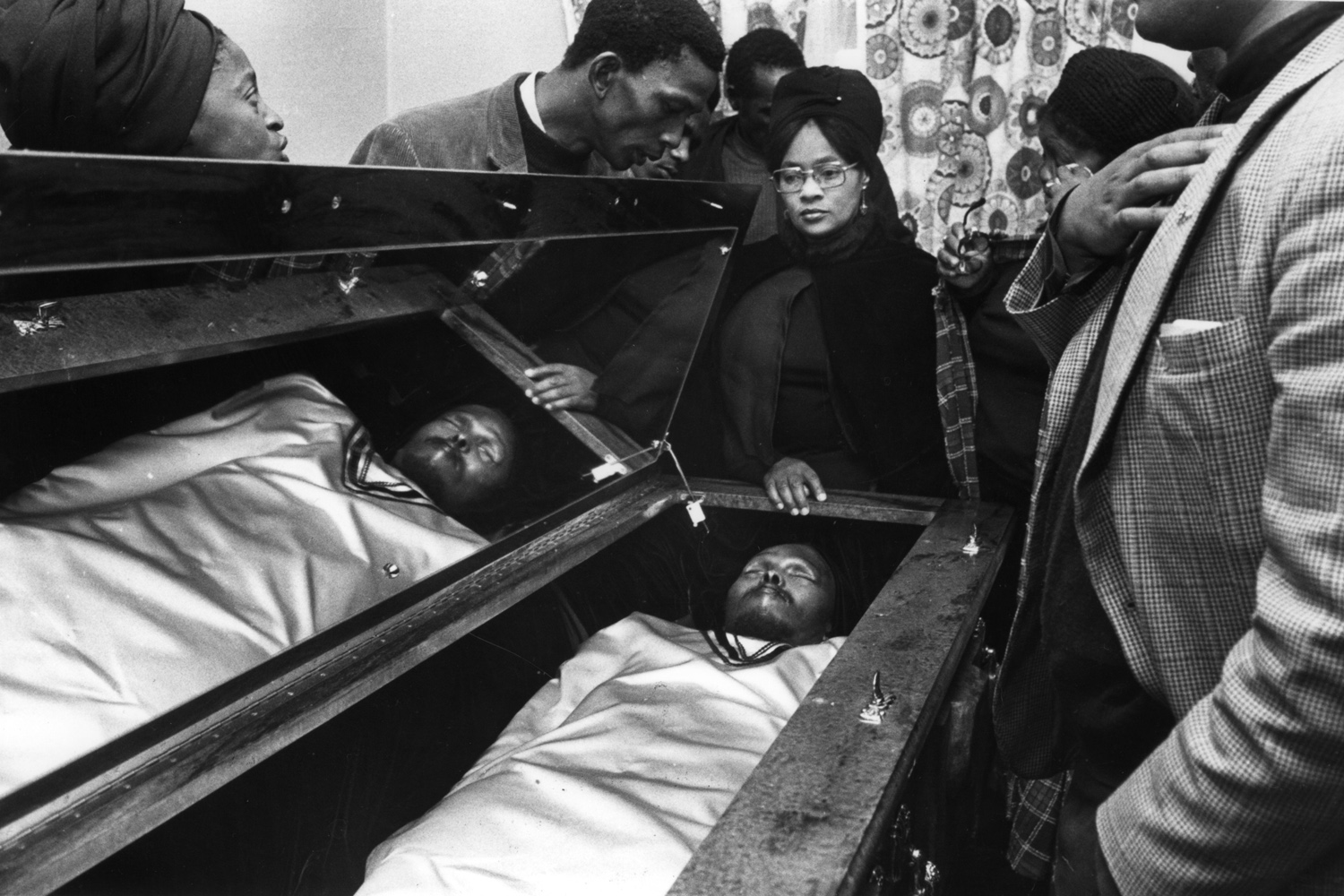 Mourners gather to pay their last respects as Steve Biko's body lies in state in his home before the funeral, attended by 20,000 mourners at King William's Town. 1977.