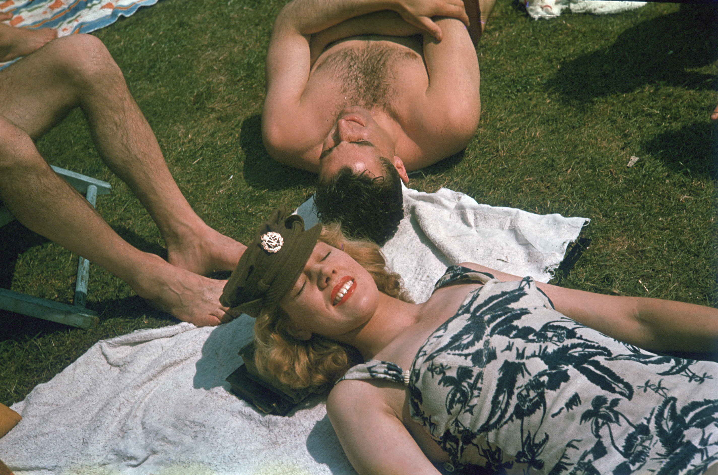 1942. The first week of June 1942 was hotter than usual, reaching 29.4 degrees Celcius on the 6th. Londoners took advantage of the heat to sunbathe in the parks.