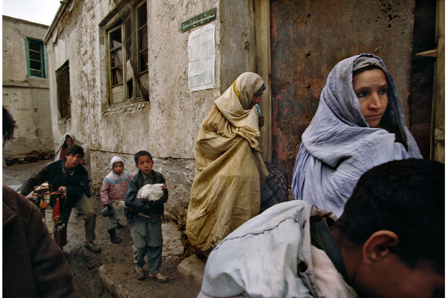 Book. Afghanistan - A Distant War, by Robert Nickelsberg. Prestel. Fall 2013. Pictured: A Kabul family flees its home during factional fighting between President Rabbani's government forces and opposition Hezb-i-Wahdat fighters in western Kabul. March, 1993.