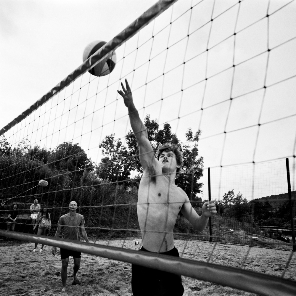 Magnus playing beach volleyball in front of journalists in Kragero during his training for the chess championship. August 2013.
