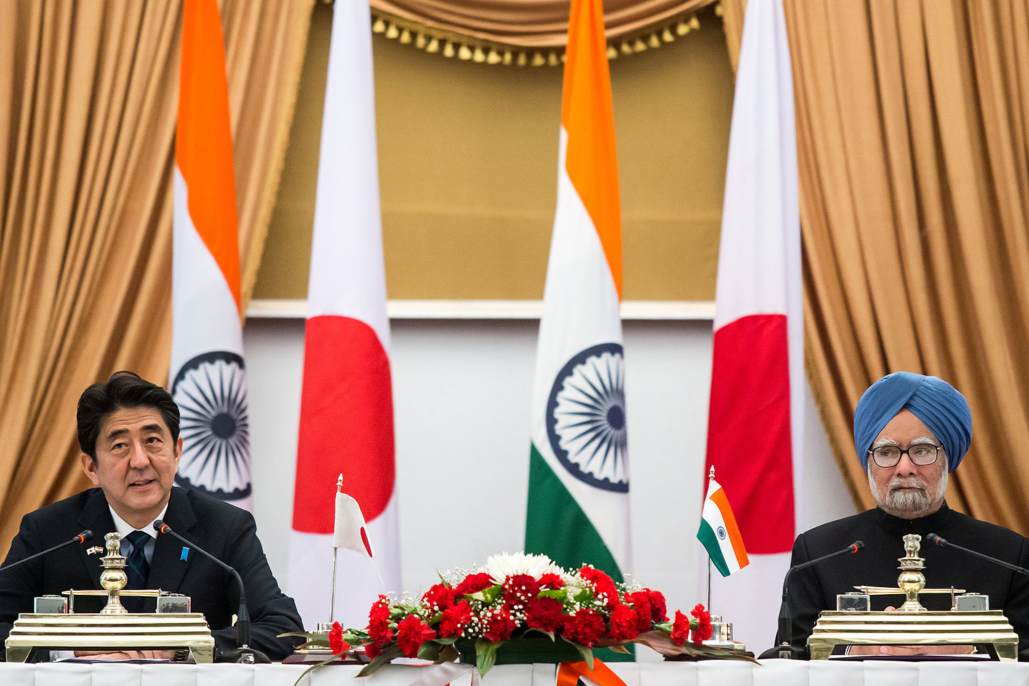 Shinzo Abe, Japans prime minister, left, and Manmohan Singh, India's prime minister, attend a news conference at Hyderabad House in New Delhi, India, on  Jan. 25, 2014