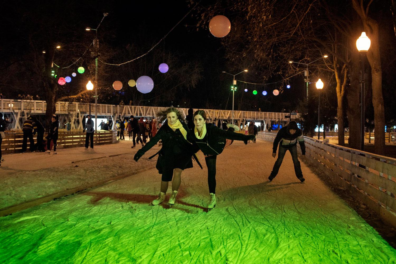Maria Alyokhina and Nadezhda Tolokonnikova go ice skating for the first time in the newly renovated Gorky Park.
