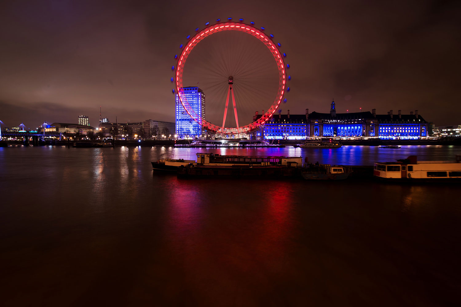 The London Eye is lit in red and gold on the eve of the Chinese New Year in London on Jan. 30, 2014.