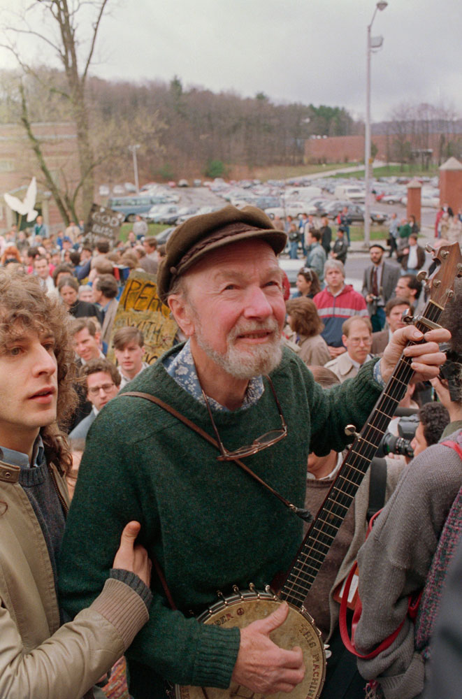 19 Apr 1989, Worcester, Massachusetts, USA --- Folk singer Pete Seeger leads a crowd of mourners from the childhood home of political activist Abbie Hoffman to Temple Emmanuel for a traditional Jewish memorial service. Hoffman was recently found dead in his Pennsylvania home. --- Image by © Bettmann/CORBIS