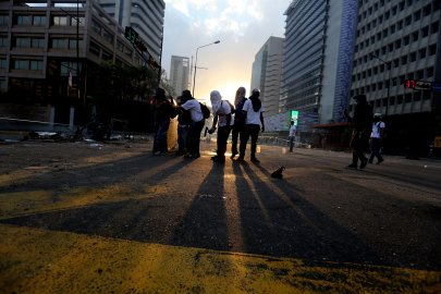 Demonstrators prepare to throw molotov bombs against Bolivarian National Police officers during clashes in Caracas, March 6, 2014.