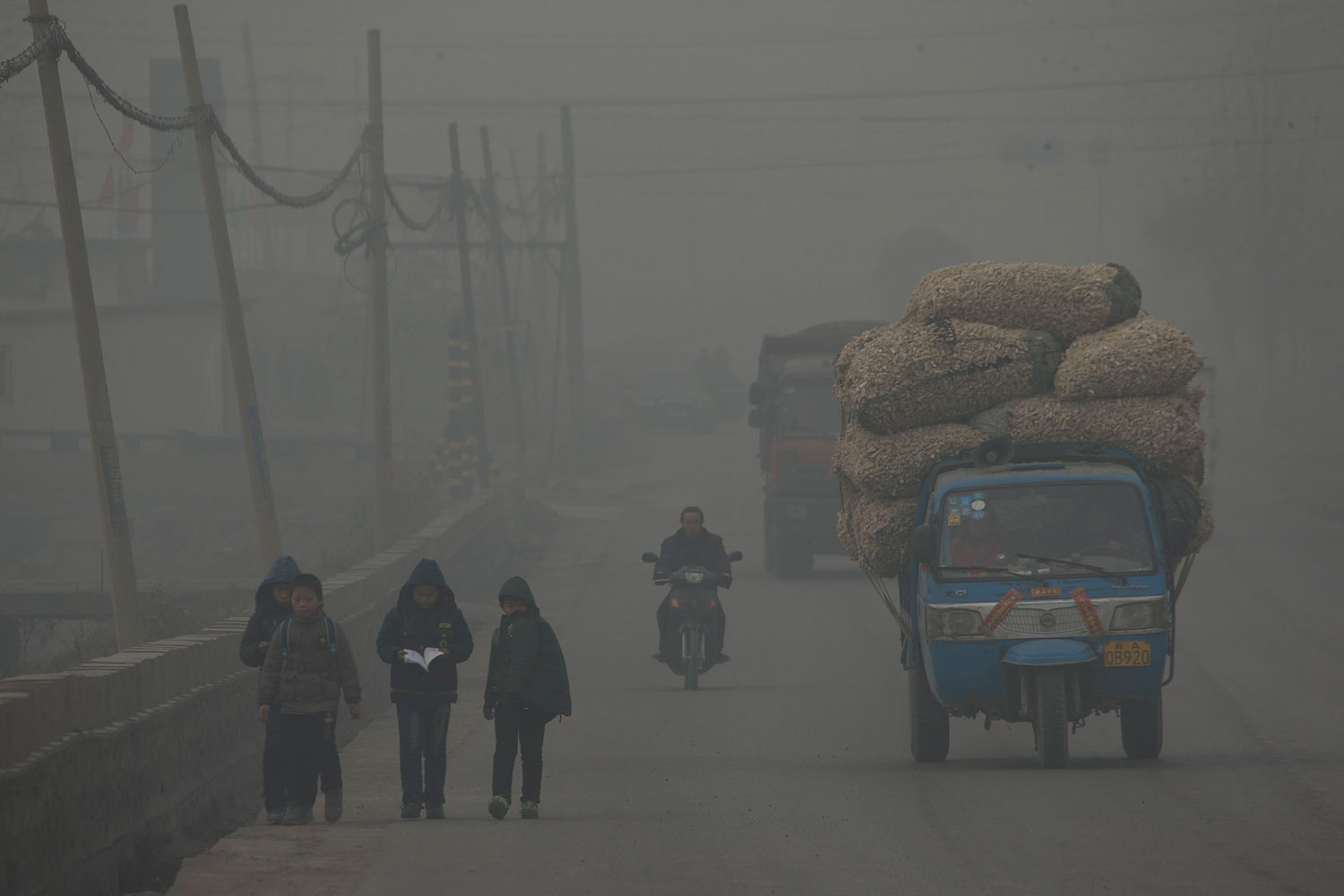 Children walk back home after school on a severely polluted day in Shijiazhuang, in northern China's Hebei province, Feb. 26, 2014.
