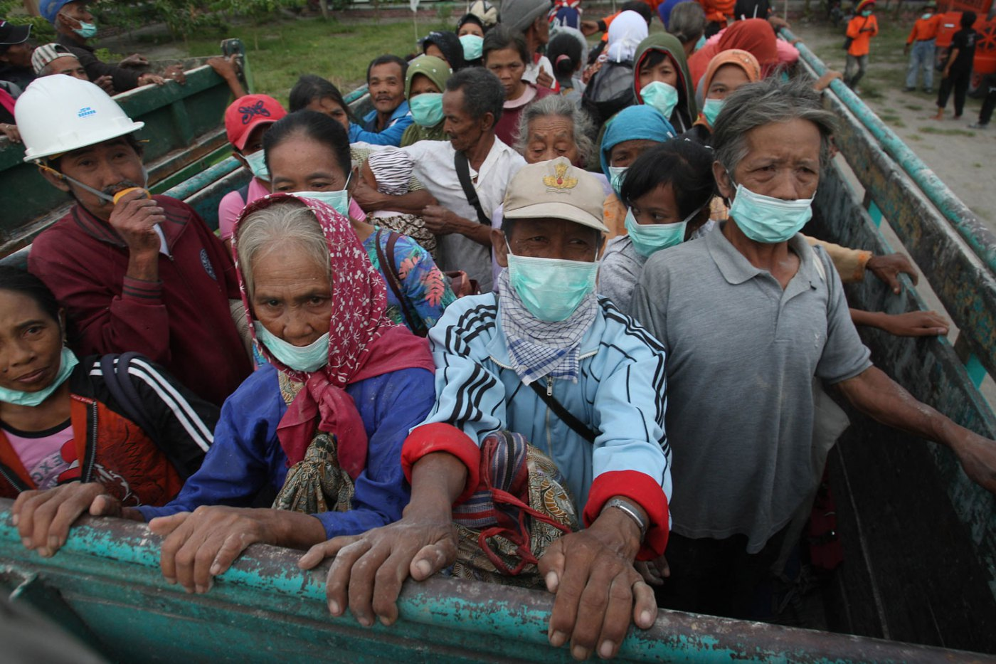 Villagers evacuate from their homes on the slope of Mount Kelud,  Feb 14, 2014.