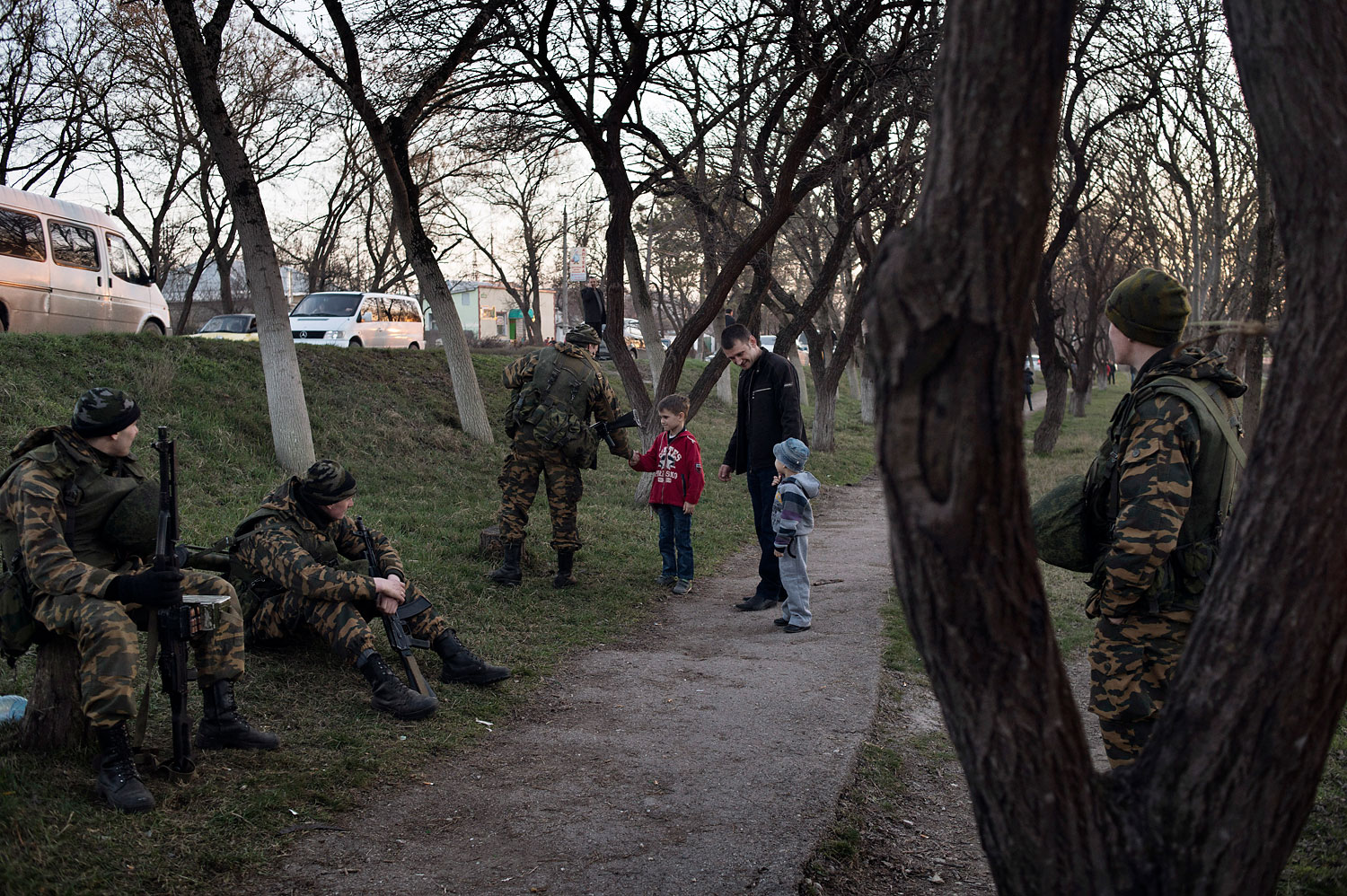 Russian soldiers speak to a family near the Ukrainian military base in Bakhchysaray, Crimea, March 3, 2014.