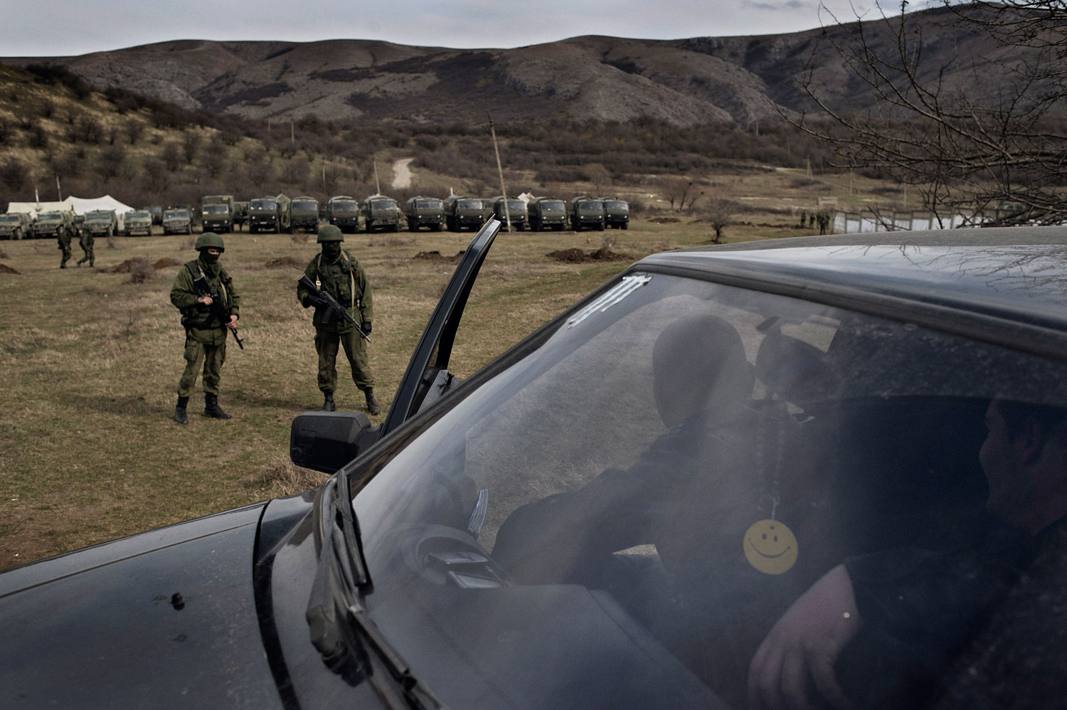 Locals  talk  to the  Russian soldiers near  Ukrainian military base in Perevalnoye, Crimea, March 6, 2014.