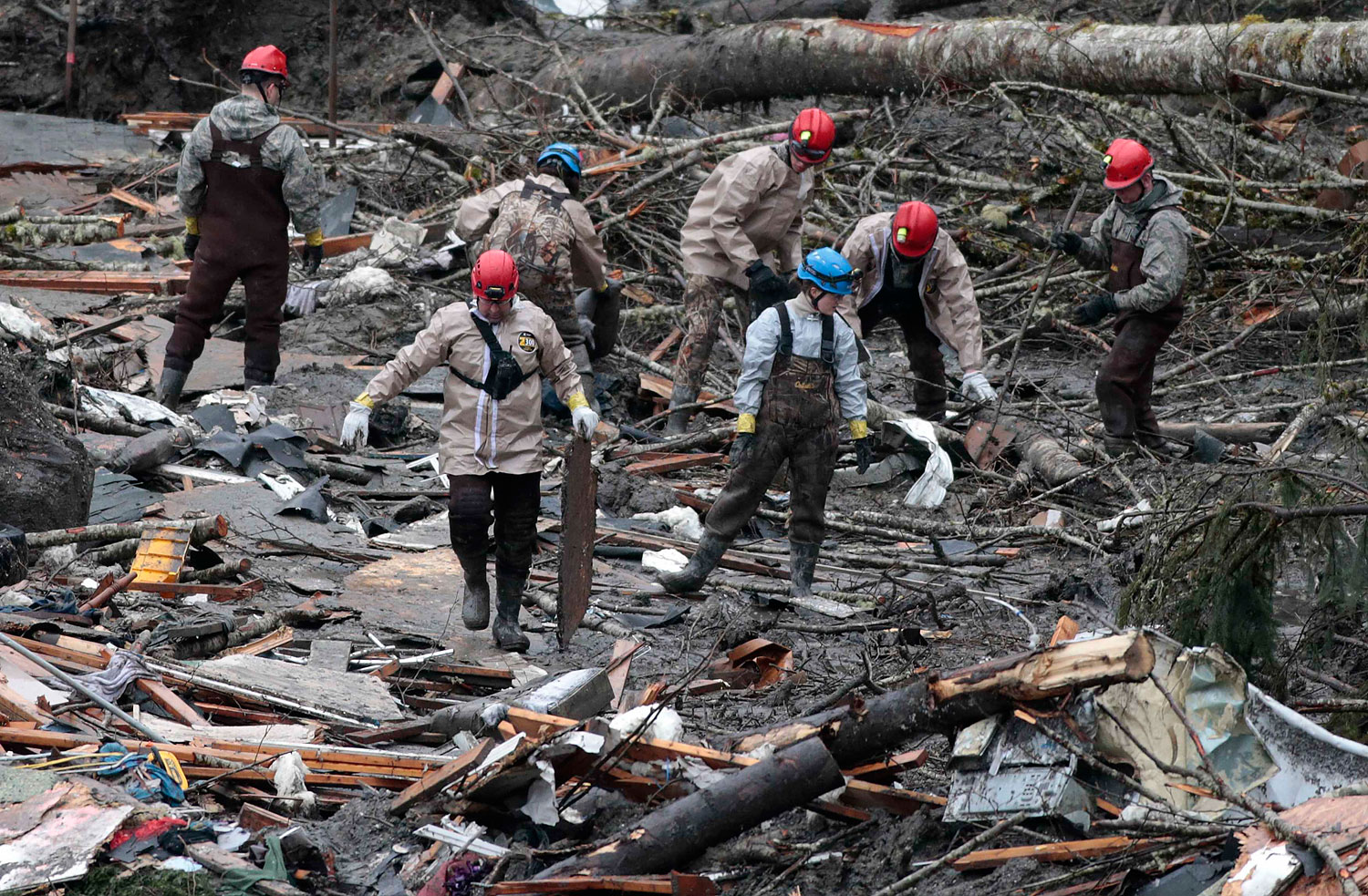 Workers search for victims in a massive mudslide in Oso, Washington March 28, 2014.
