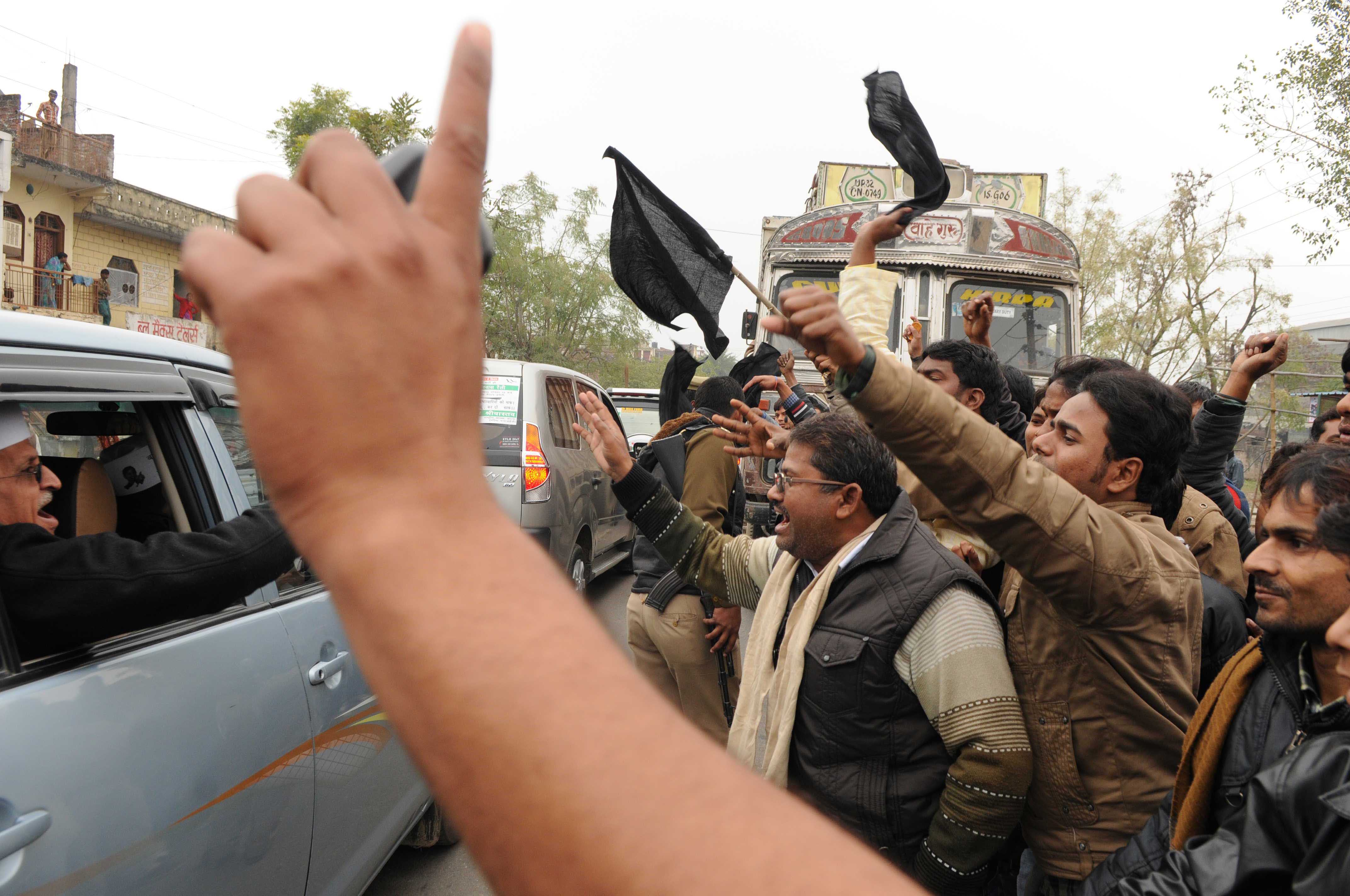 A group of Congress supporters greet AAP leader Kumar Vishwas with black flags on his way to Amethi to address in January 2014.