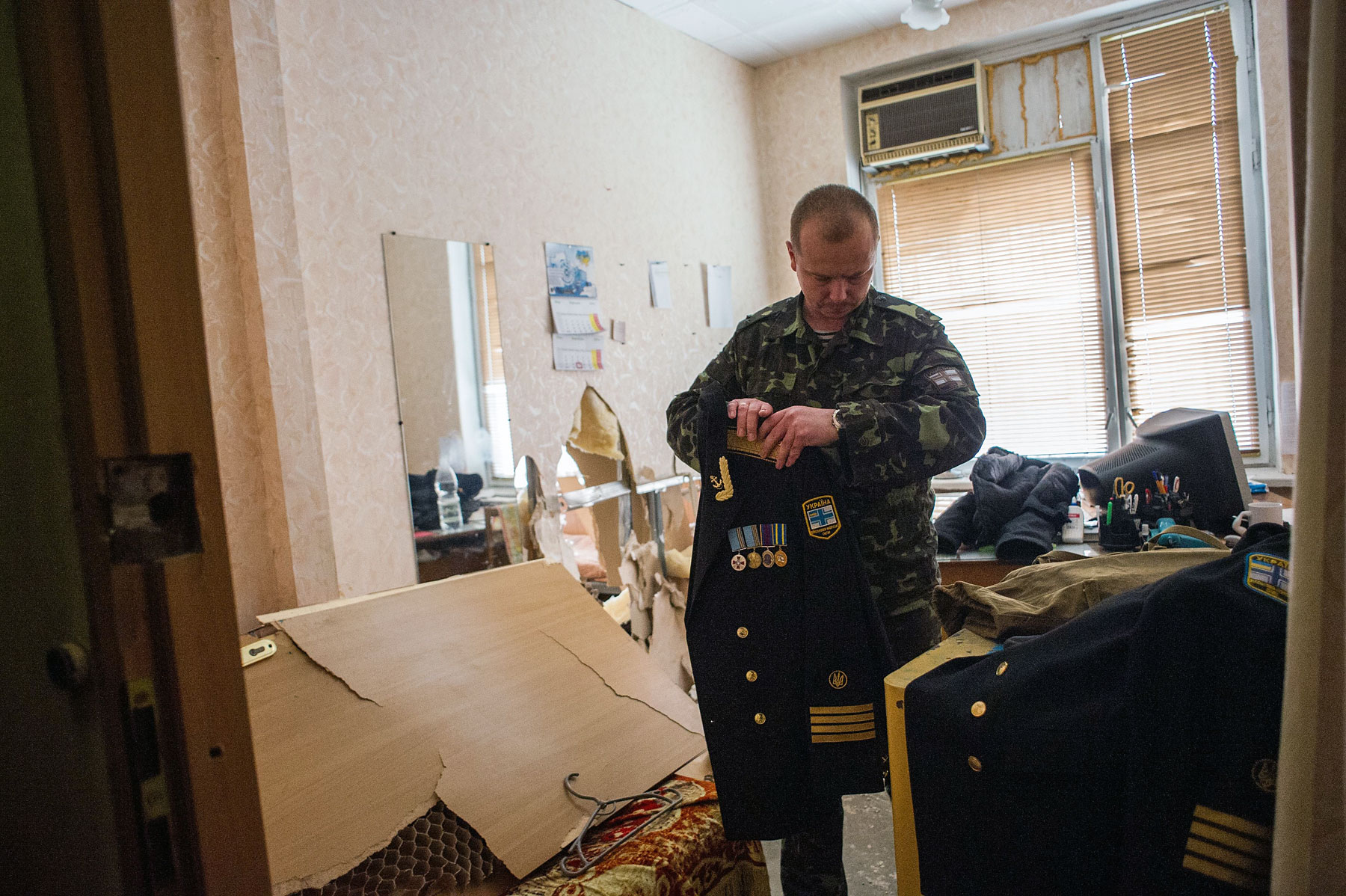 A Ukrainian serviceman packs his things in the Ukrainian navy headquarters after it was stormed by Crimean pro-Russian self-defense forces in Sevastopol, Crimea, March 19, 2014.