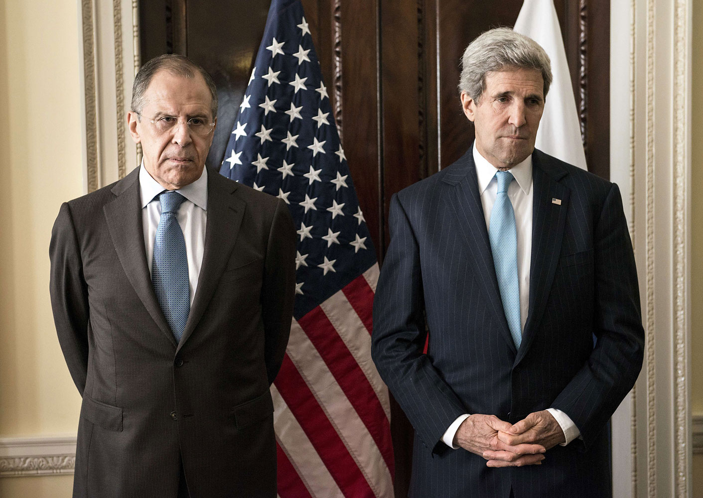 Russian Foreign Minister Sergey Lavrov (L) and US Secretary of State John Kerry stand together before a meeting at Winfield House in London on March 14, 2014.