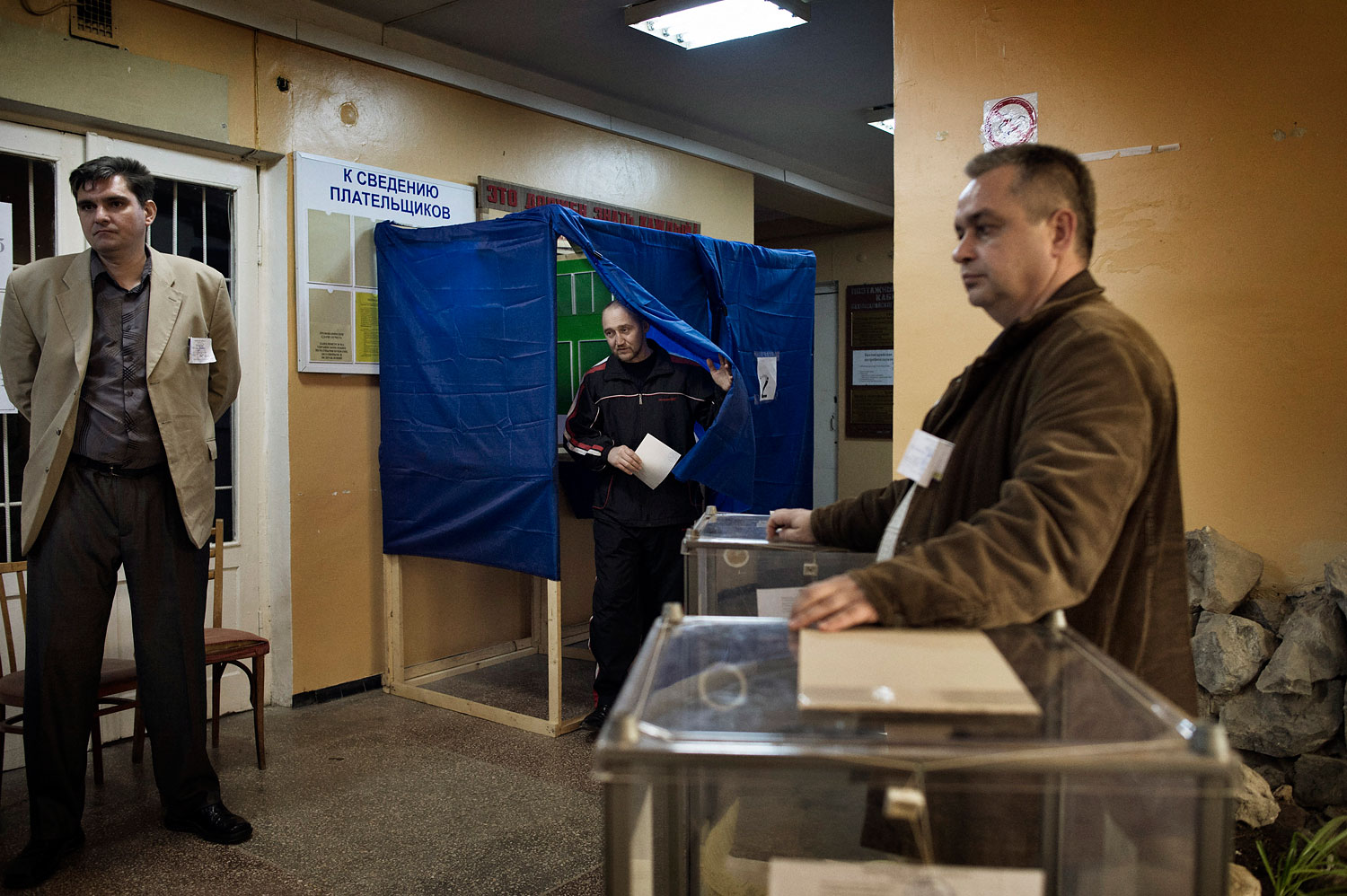 Sergei Yurchenko, the leader of a pro-Russian paramilitary force in Crimea, votes in his hometown Bakhchysarai on March 16, 2014