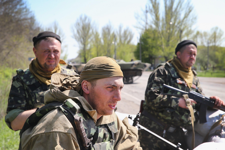 Ukrainian soldiers guard a roadblock along the highway near Slovyansk, Ukraine April 24, 2014 .