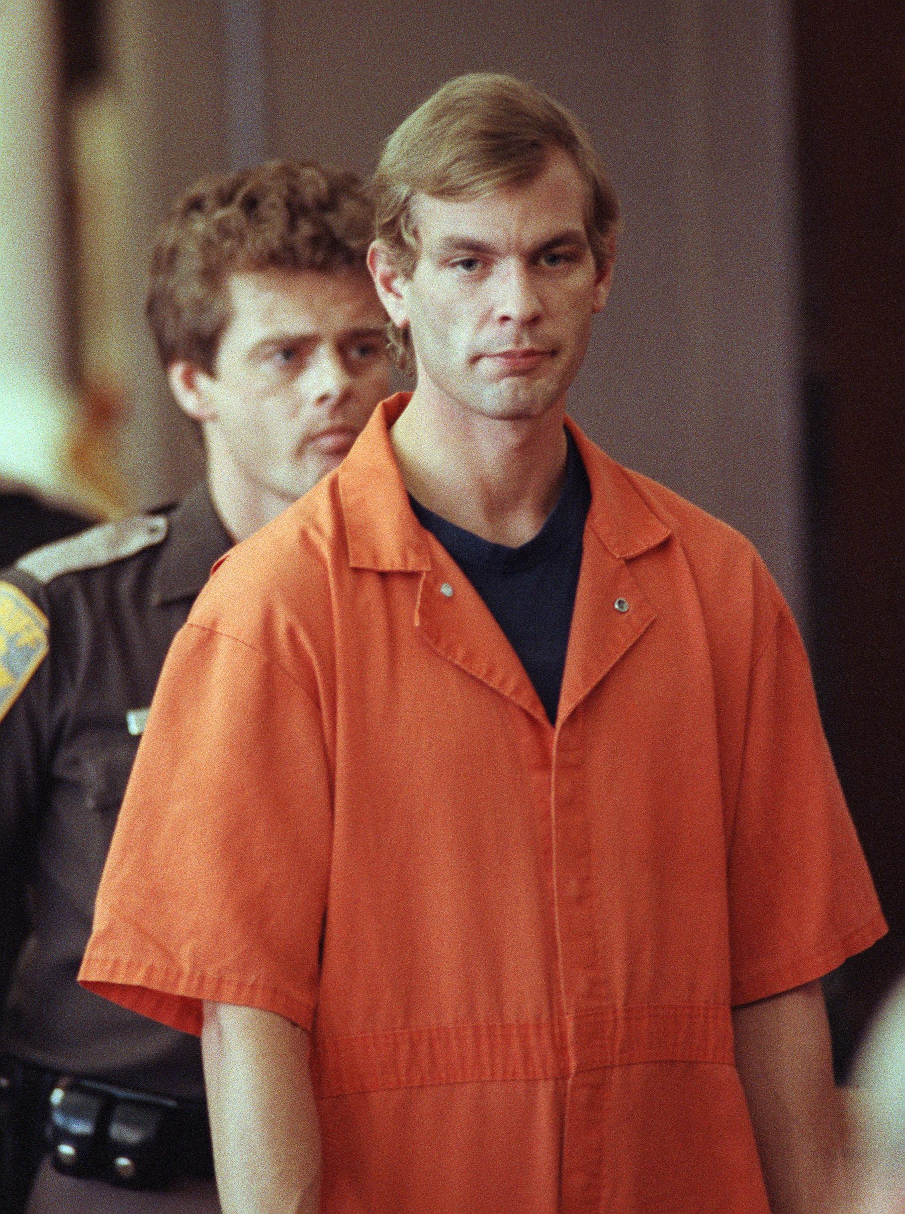 Suspected serial killer Jeffrey L. Dahmer enters the courtroom of judge Jeffrey A. Wagner 06 August 1991.