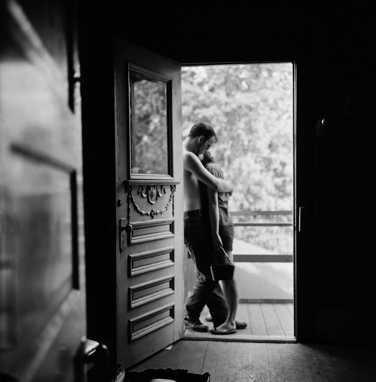 «Влюблённые в дверях». Хьюстон, Техас, 1958. Фотограф Ларри Финк