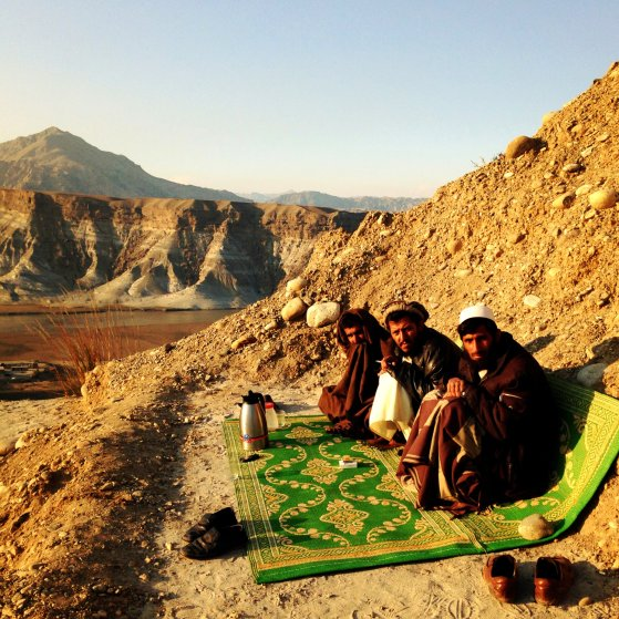 AfghanistanNot a bad spot to watch the sun set with the fellas and a thermos full of tea. The Jalalabad Road, Afghanistan. Andrew Quilty / Oculi. 5.1.2014