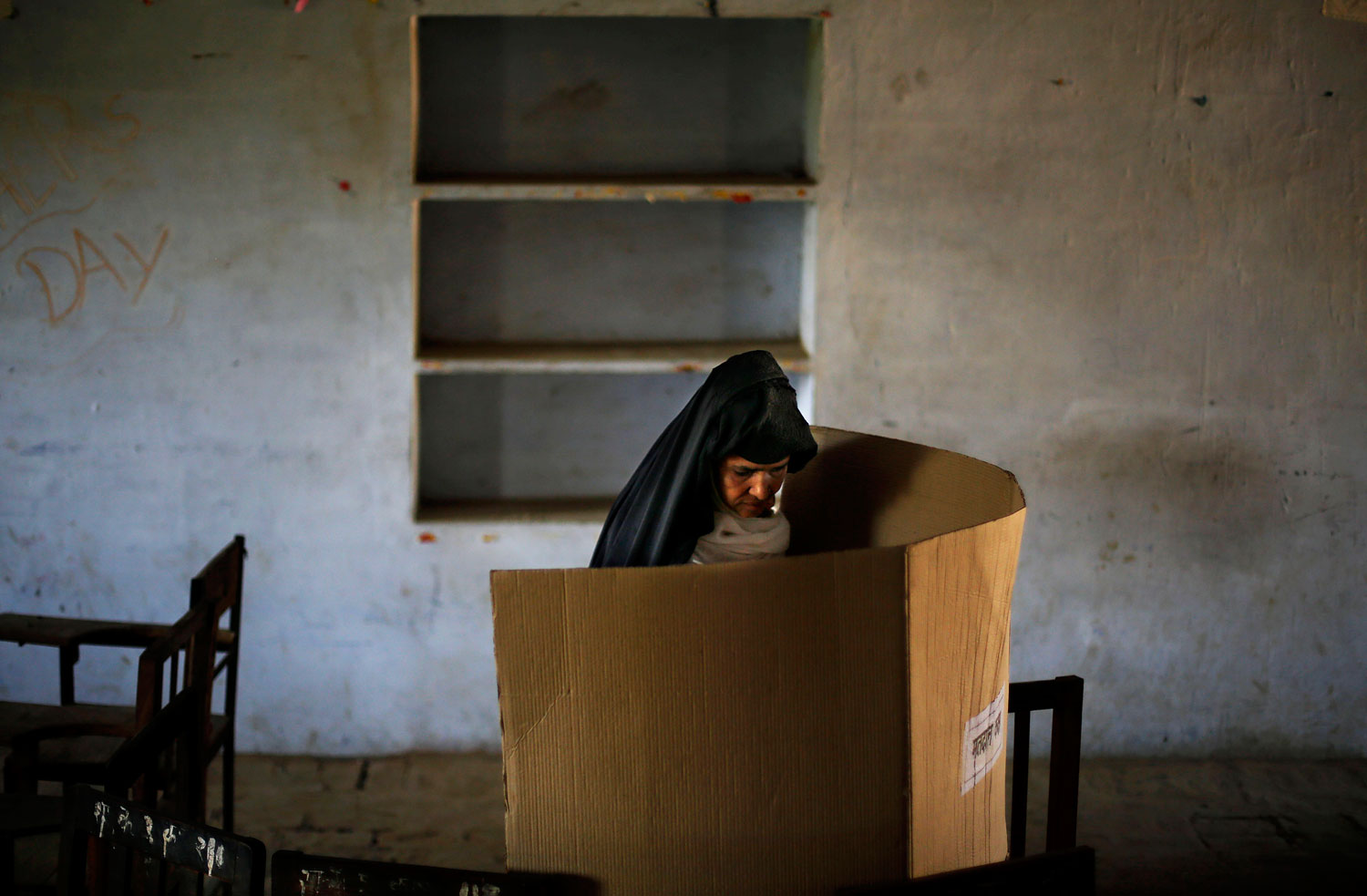 An Indian woman casts her vote at a polling booth in Shahpur village in Muzaffarnagar, in the northern Indian state of Uttar Pradesh, April 10, 2014.