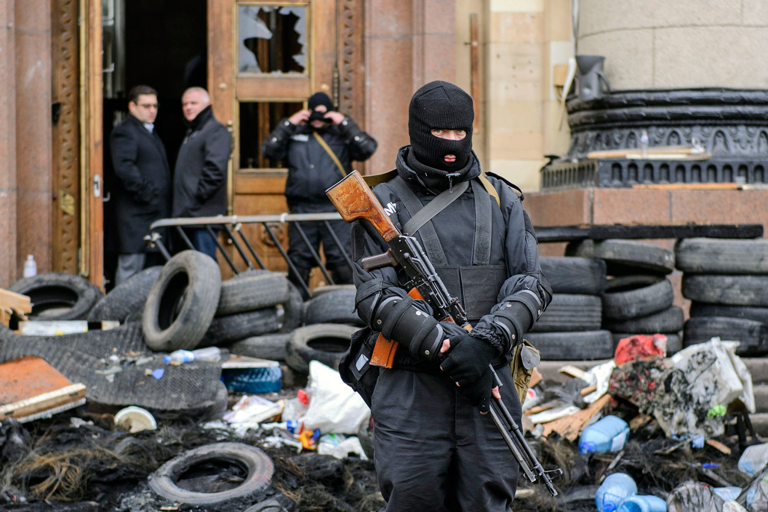 A masked member of the Ukrainian special forces stands guard outside the regional administration building in Kharkiv, April 8, 2014.