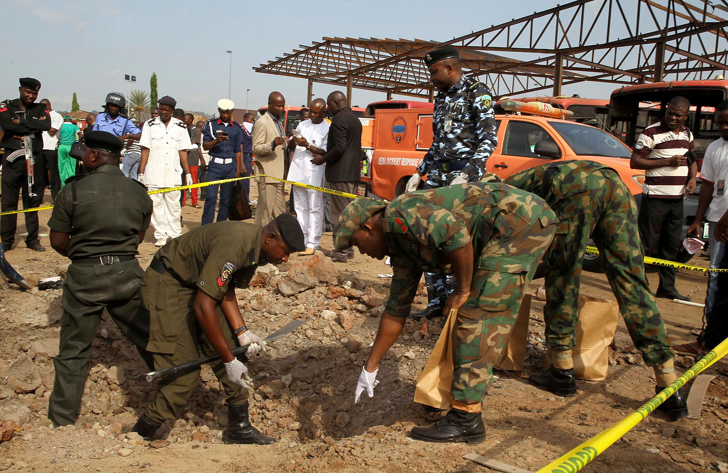 Bomb experts gather evidence at the scene of a bomb blast at Nyanyan in Abuja April 14, 2014.