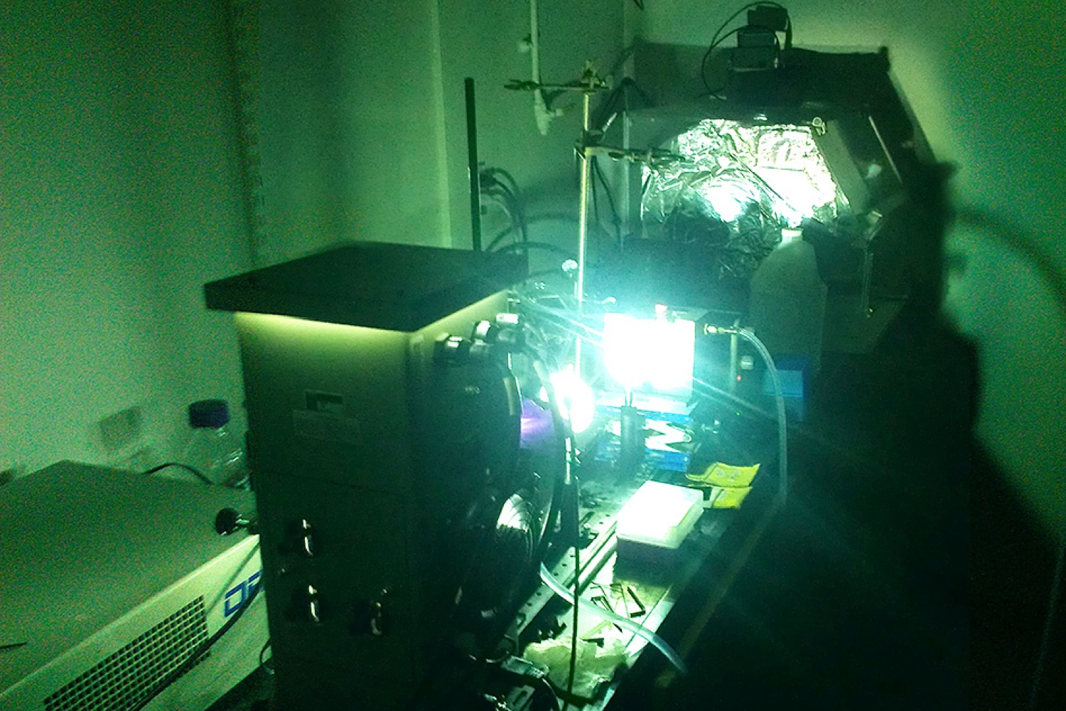 A powerful arc lamp is used to simulate sunlight on a sample of photoswitchable molecules, driving structural changes at the molecular level. A portion of the light's energy is stored with each structural change. The progress of these changes can be tracked by monitoring the molecules' optical properties.