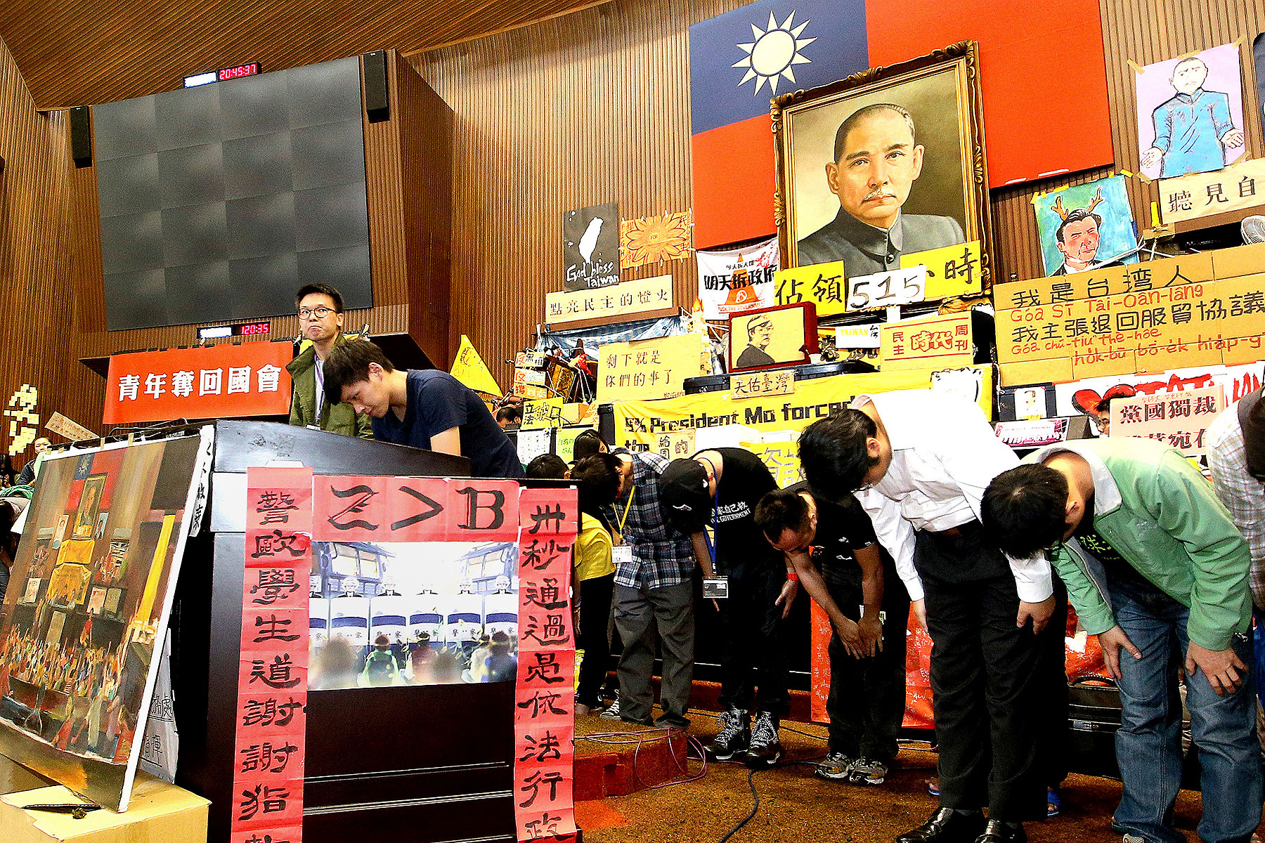 Student leaders bow to supporters during a news conference at Taiwan's legislative Yuan, the island's parliament, in Taipei on April 7, 2014