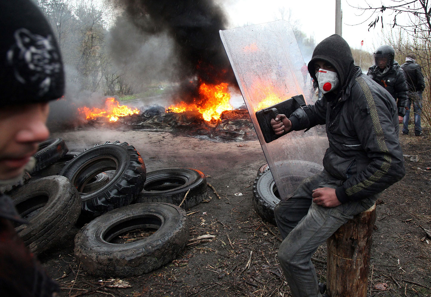Pro-Russian protesters burn tires on the outskirts of the eastern Ukrainian city of Slovyansk on April 13, 2014