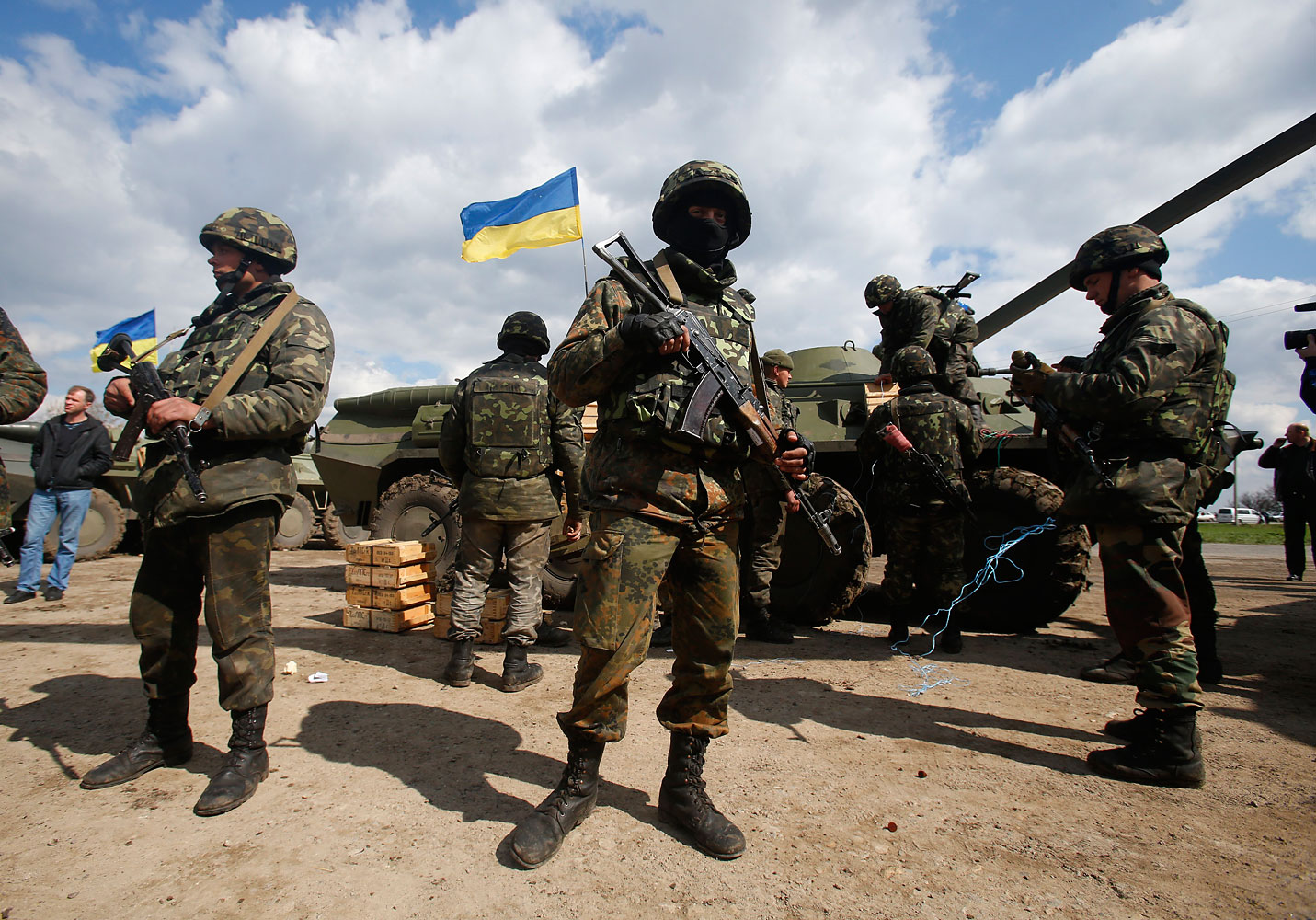 Ukrainian troops on the outskirts of Izyum, in eastern Ukraine, on April 15, 2014