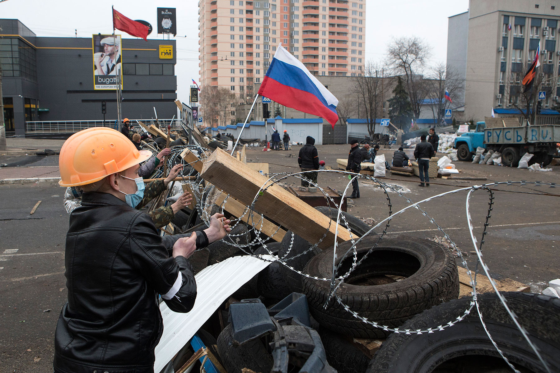 Pro-Russian protesters set a barbed wire on a barricade outside the SBU state security service in Luhansk, in eastern Ukraine, April 10, 2014.
