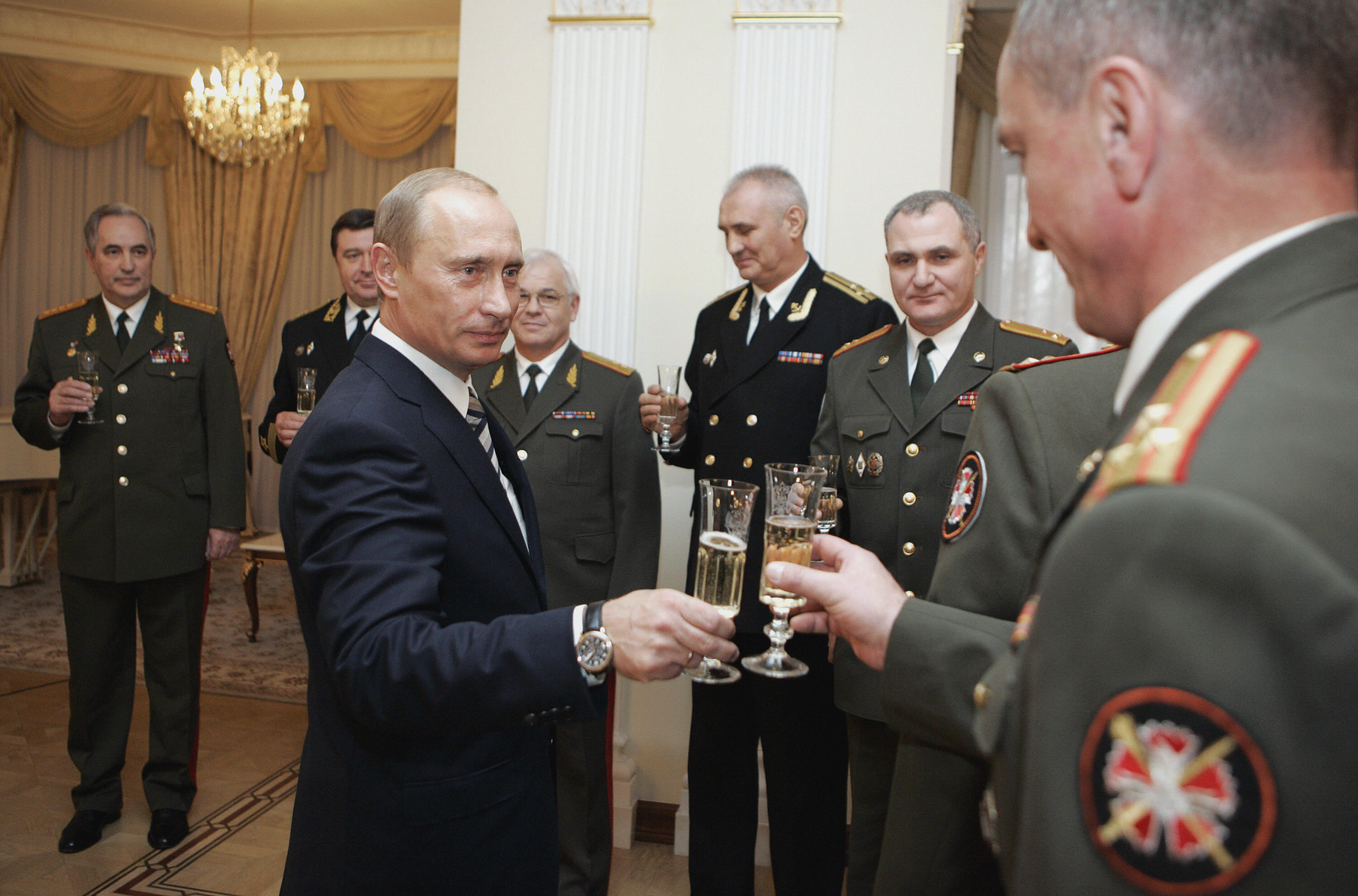 Russian President Vladimir Putin (C) toasts with officers of the State Intelligence Agency at the presidential residence in Novo-Ogarevo, 02 November 2007. AFP PHOTO / RIA NOVOSTI / KREMLIN POOL / DMITRY ASTAKHOV