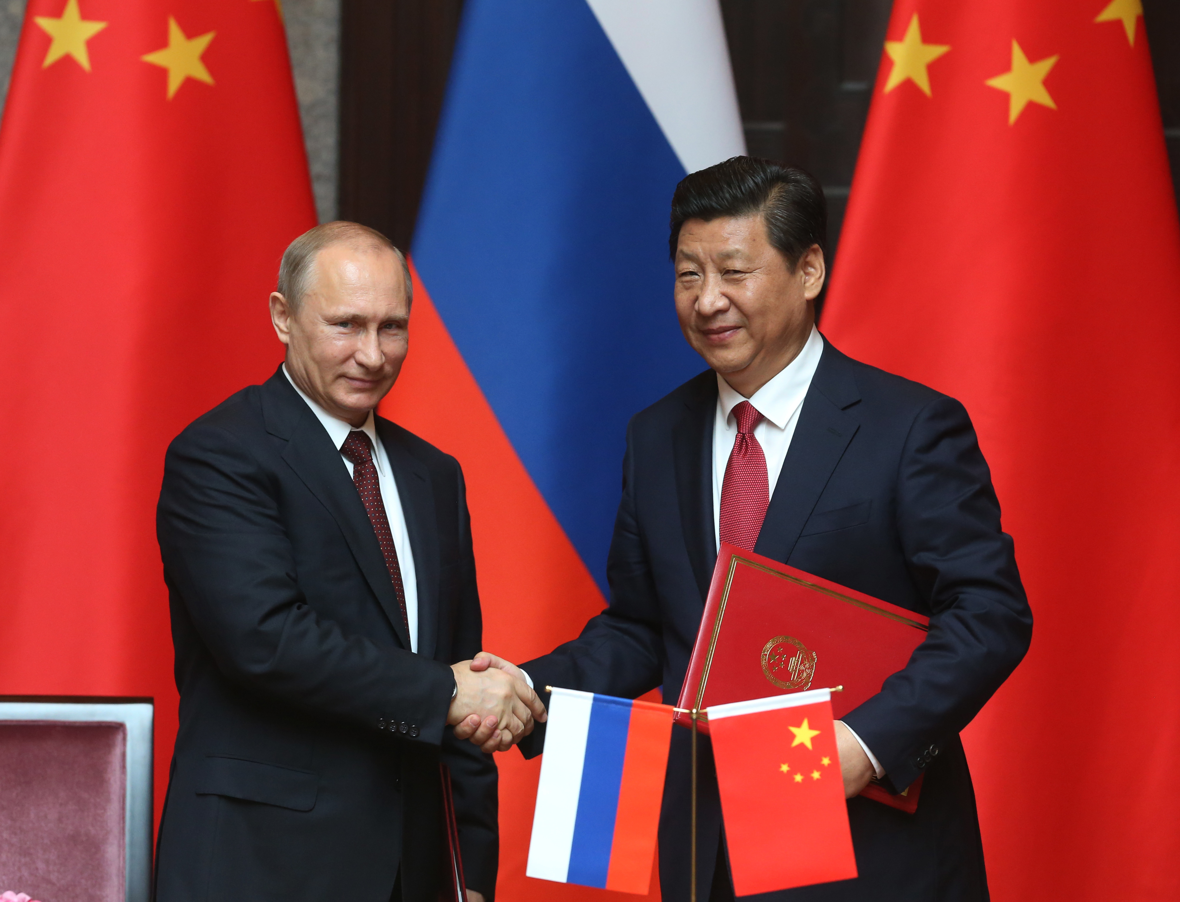 Russian President Vladimir Putin and Chinese President Xi Jingping attend a welcoming ceremony on May 20, 2014 in Shanghai