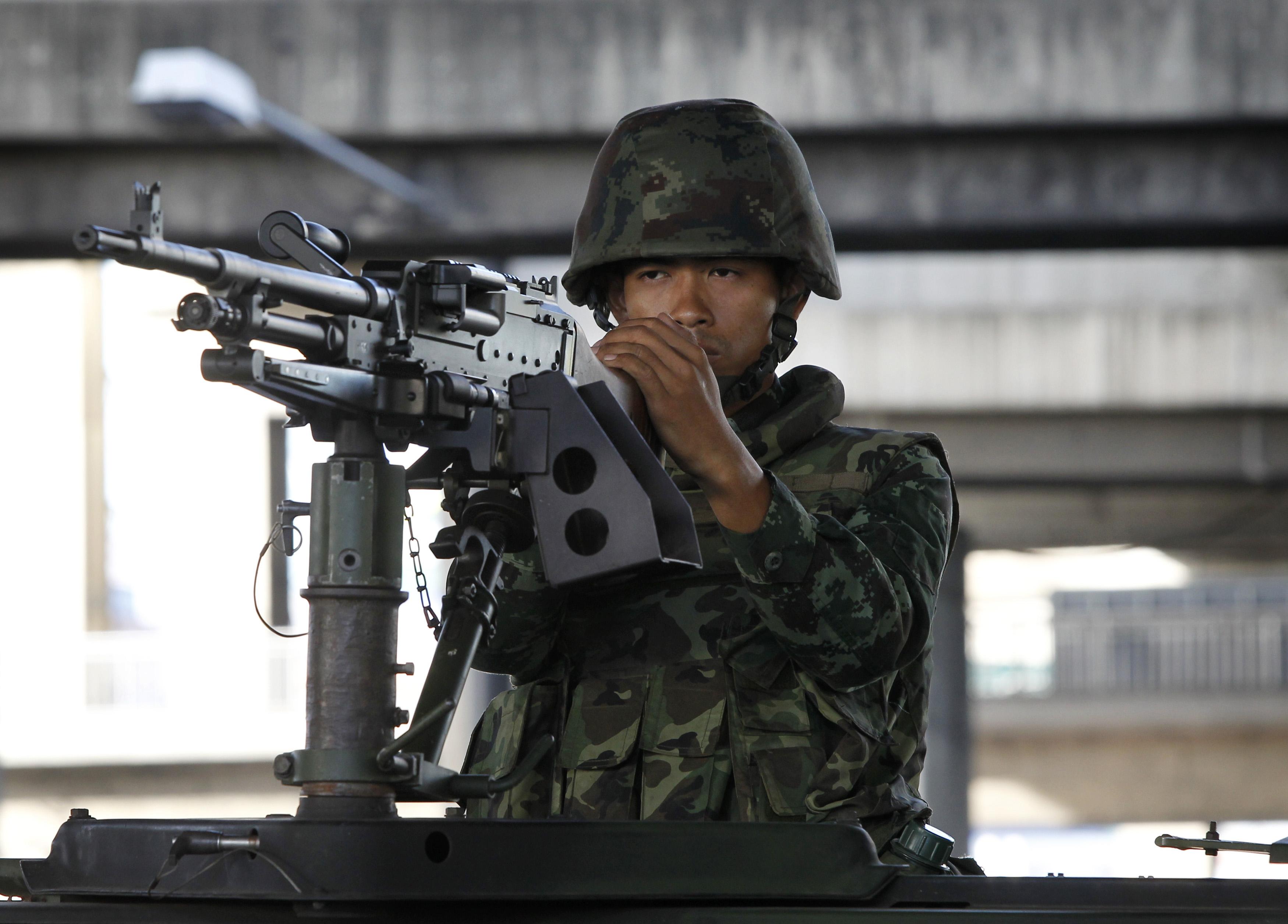 A Thai soldier mans a machine gun in central Bangkok on May 20, 2014