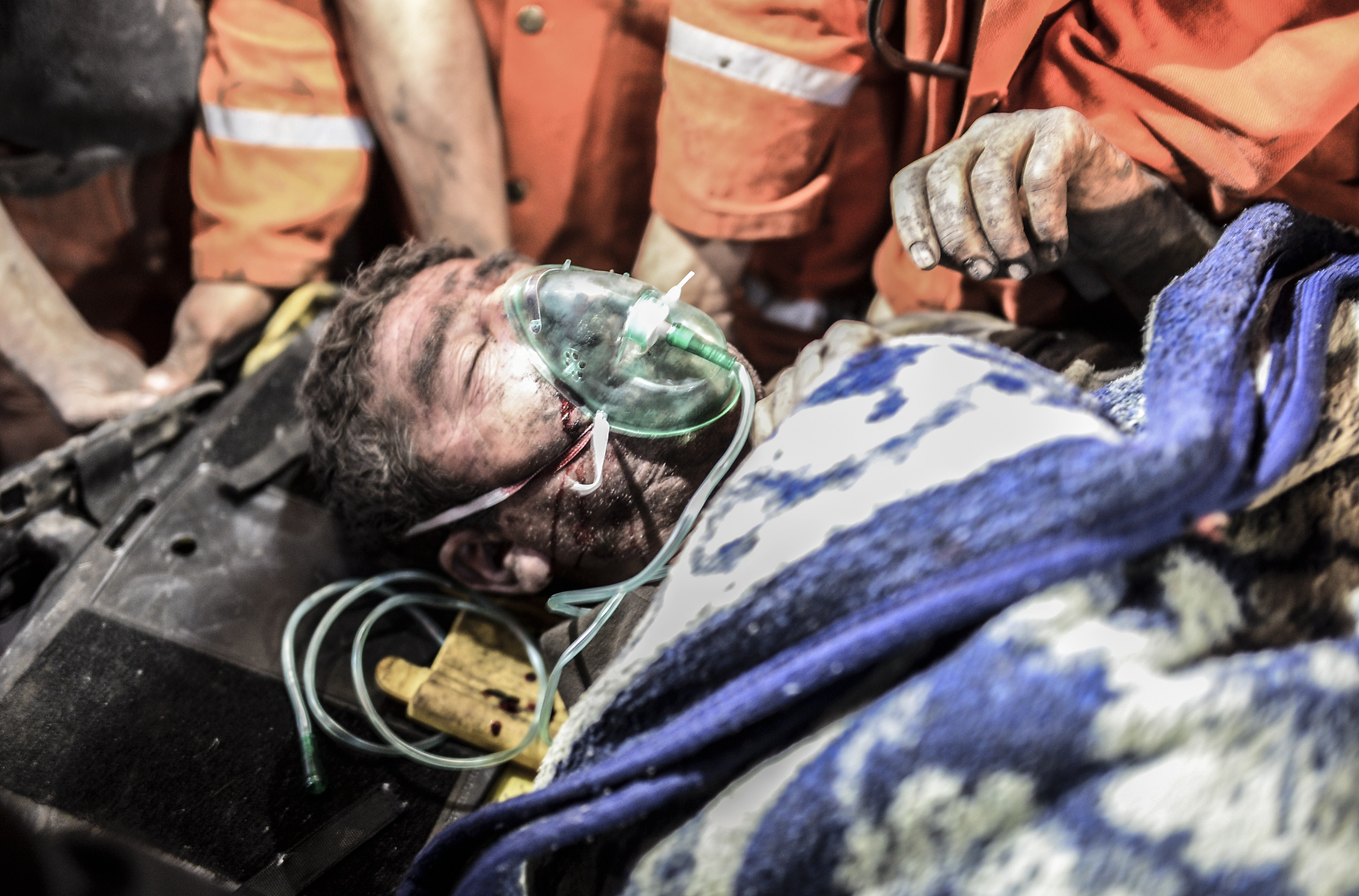 An injured or death miner is carried by rescuers after an explosion in Manisa on May 13, 2014.