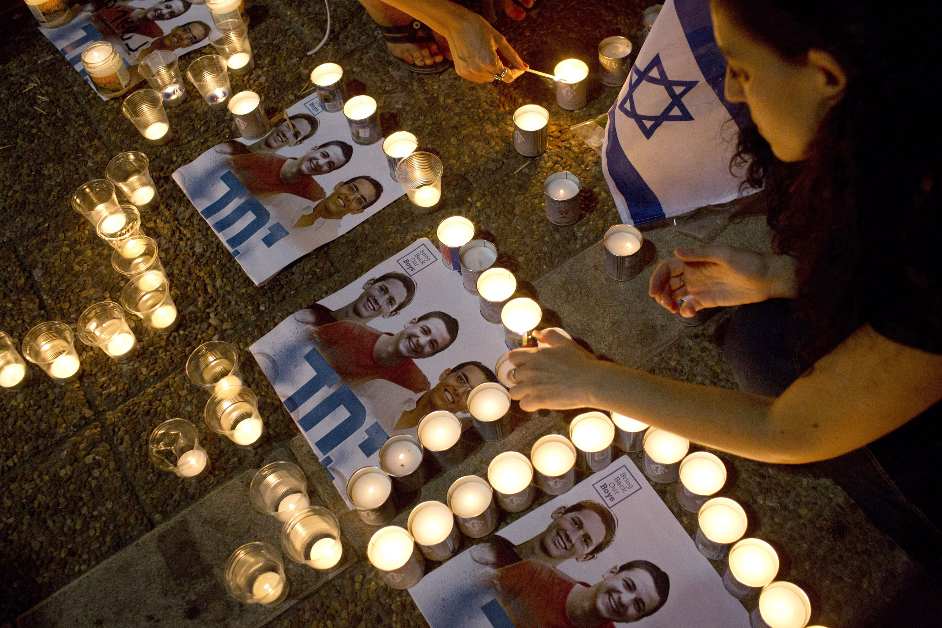 Israelis mourns and light candles in Rabin Square in Tel Aviv on June 30, 2014, after the announcement that the bodies of the three missing Israeli teenagers were found