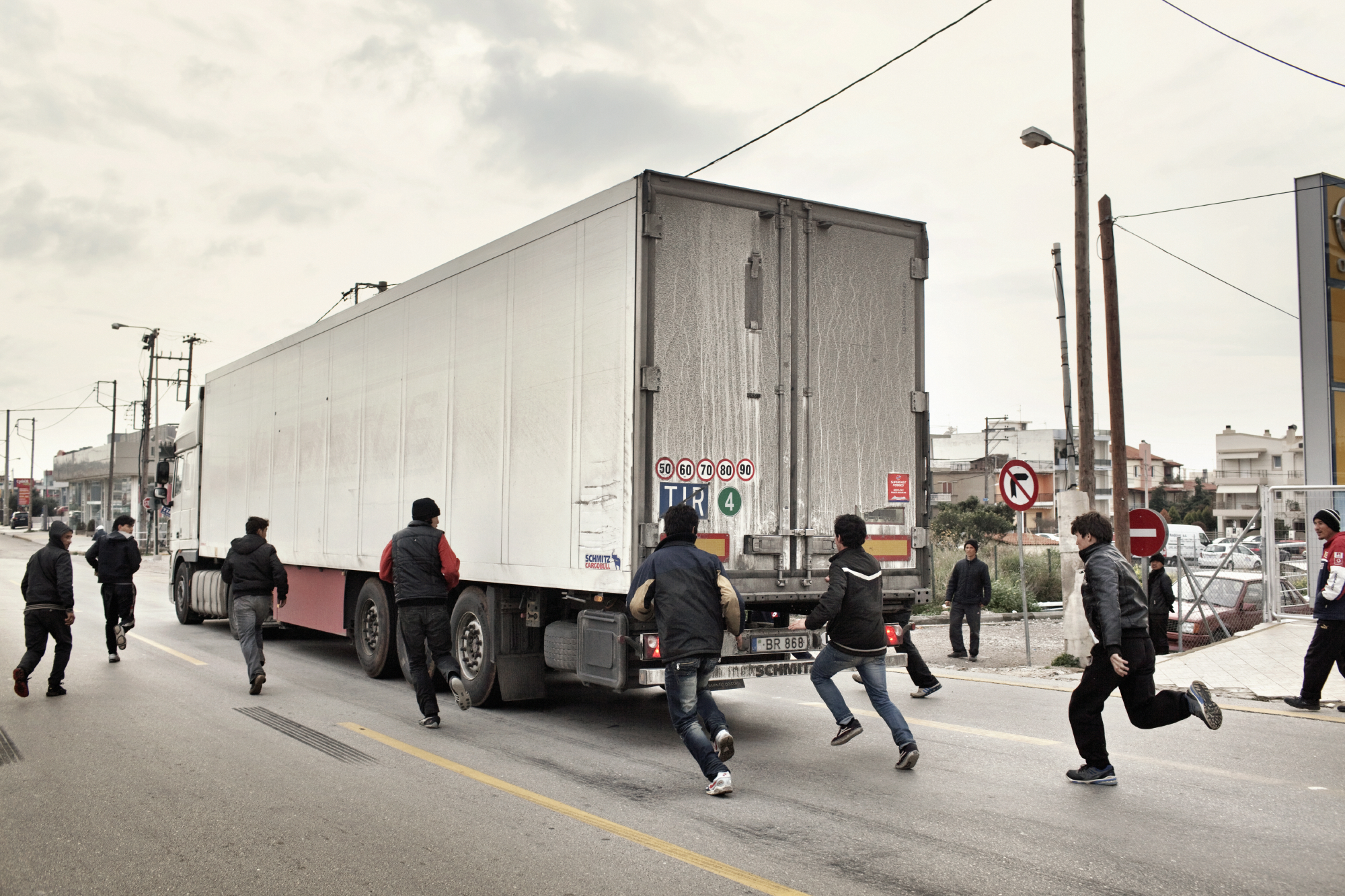 A group of adolescents are trying to board illegally a truck going to Italy. Only a very small percentage succeeds in this desperate attempt.
