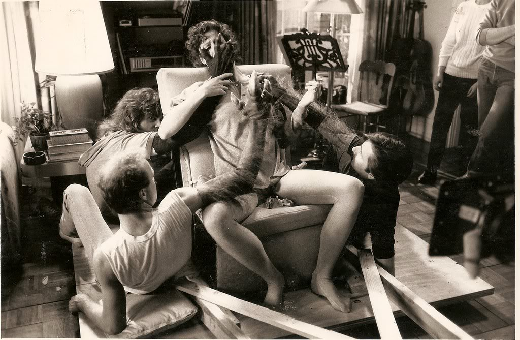 Sigourney Weaver acts out a scene with the special effects team.