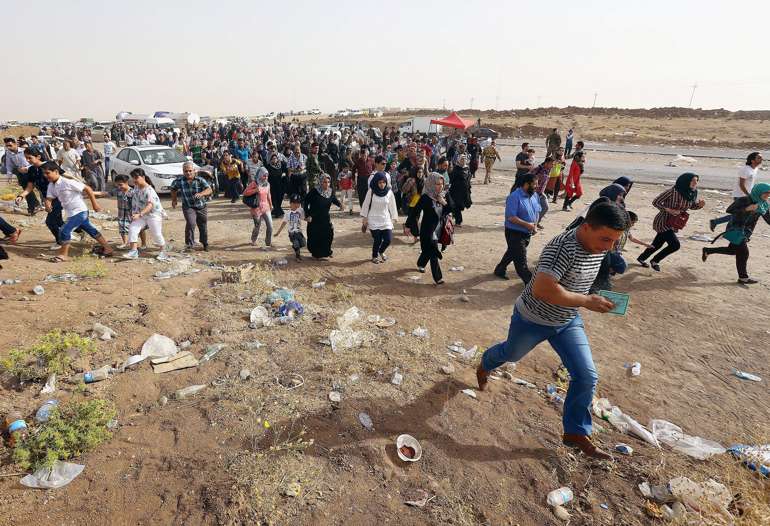 Refugees fleeing from Mosul head to the semi-autonomous northern Kurdish region in Erbil, north of Baghdad, June 12, 2014.