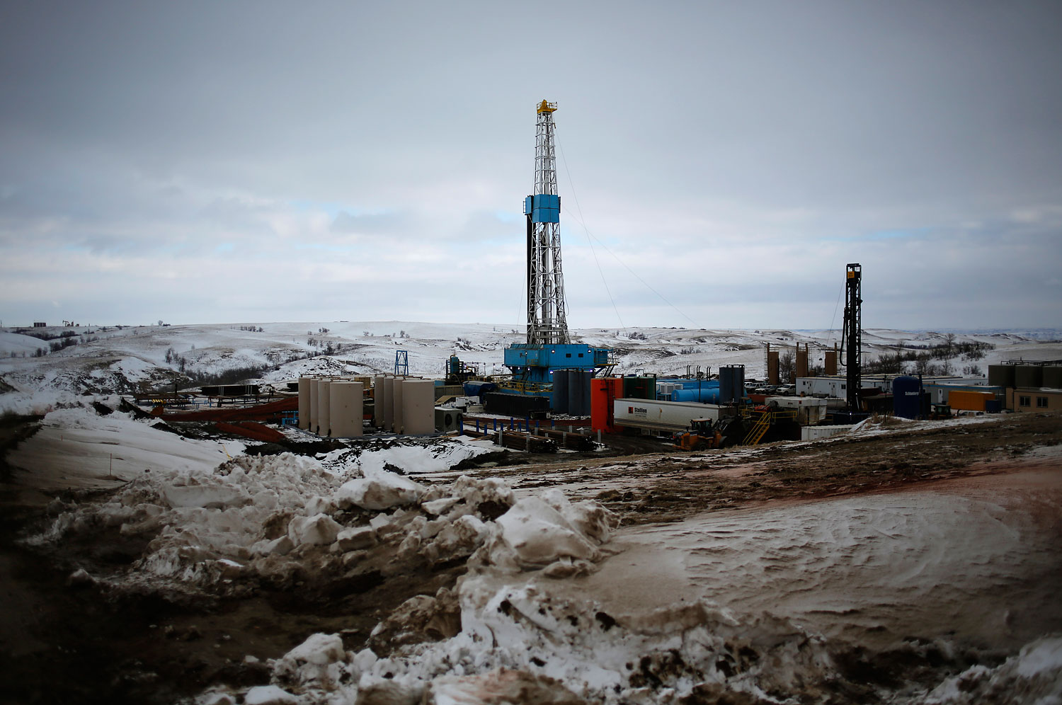 An oil derrick is seen at a fracking site for extracting oil outside of Williston, North Dakota March 11, 2013.